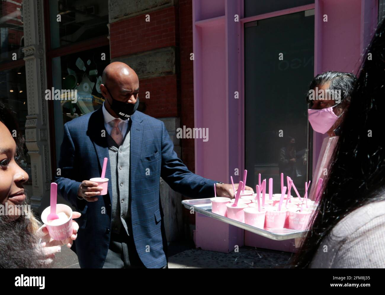 New York, NY, USA. Mai 2021. Der New York City Bürgermeister-Kandidat Ray McGuire besucht ein Forum mit Geschäftsführern über seine Richtlinien für das Comeback von New York City, veranstaltet von Manish Vora - Co-CEO & Gründer - Museum of Ice Cream, und serviert anschließend Eiscreme für die Community im Stadtteil Soho in New York Stadt am 6. Mai 2021. Quelle: Mpi43/Media Punch/Alamy Live News Stockfoto