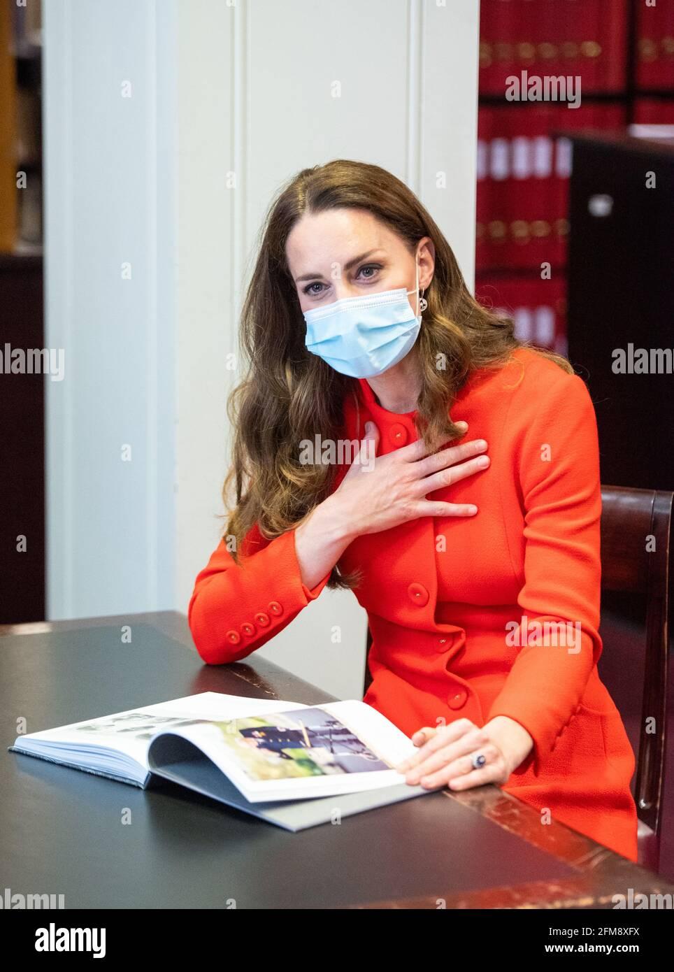 """Die Herzogin von Cambridge spricht während eines Besuchs im Archiv in der National Portrait Gallery im Zentrum Londons mit den Teilnehmern, die sich """"still halten"""" möchten, um die Veröffentlichung des Buches """"still halten"""" zu markieren. Bilddatum: Freitag, 7. Mai 2021. Stockfoto"""