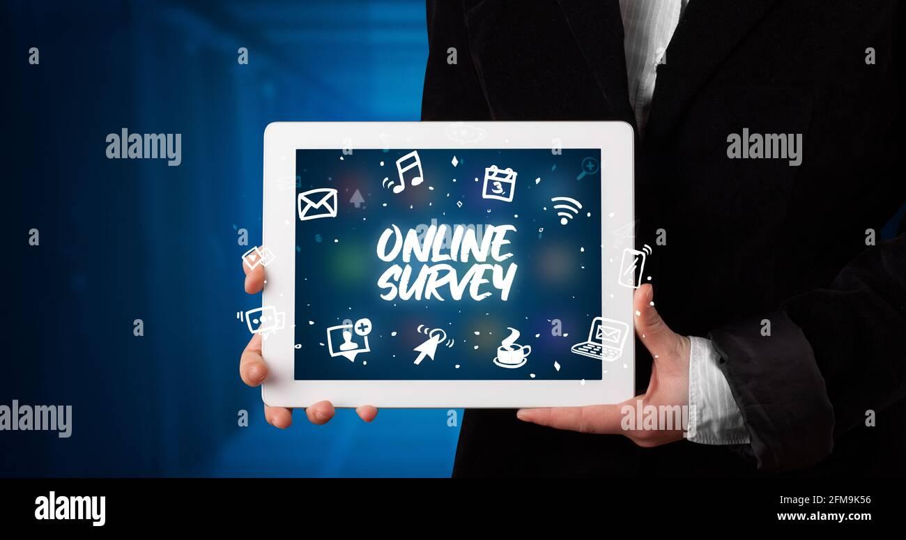 Person mit Tablet, Konzept für soziale Netzwerke Stockfoto