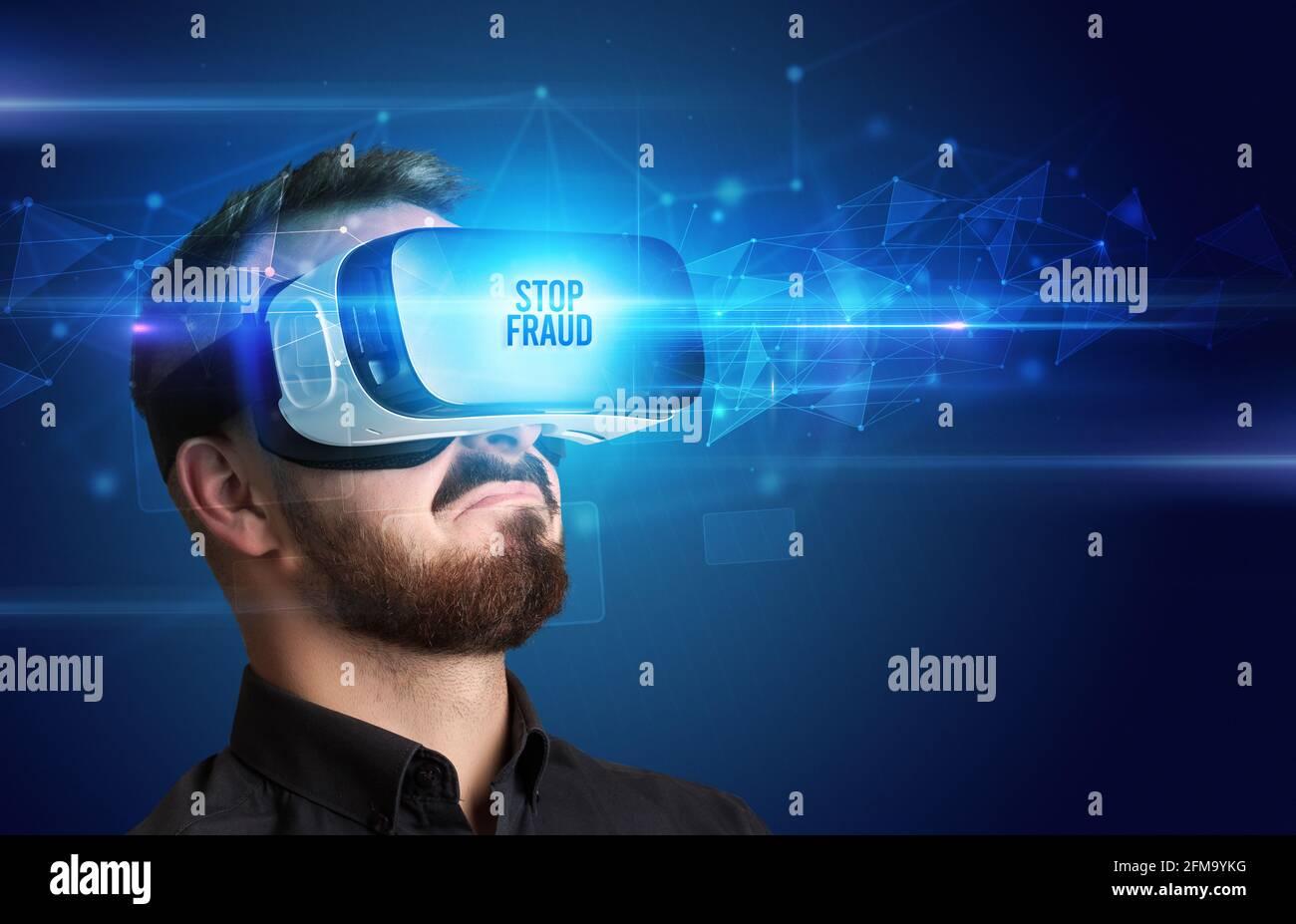 Geschäftsmann schaut durch Virtual Reality Brille, virtuelle Sicherheit Konzept Stockfoto