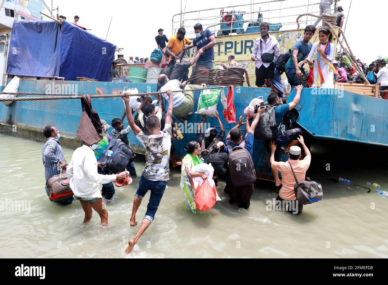Dhaka, Dhaka, Bangladesch. Mai 2021. Die Menschen verlassen die Hauptstadt zu ihren Häusern, da die Behörden von Bangladesch die Sperre zwischen dem Covid-19-Coronavirus, das in Dhaka, Bangladesch, verbreitet wird, verhängt haben. Quelle: Harun-or-Rashid/ZUMA Wire/Alamy Live News Stockfoto