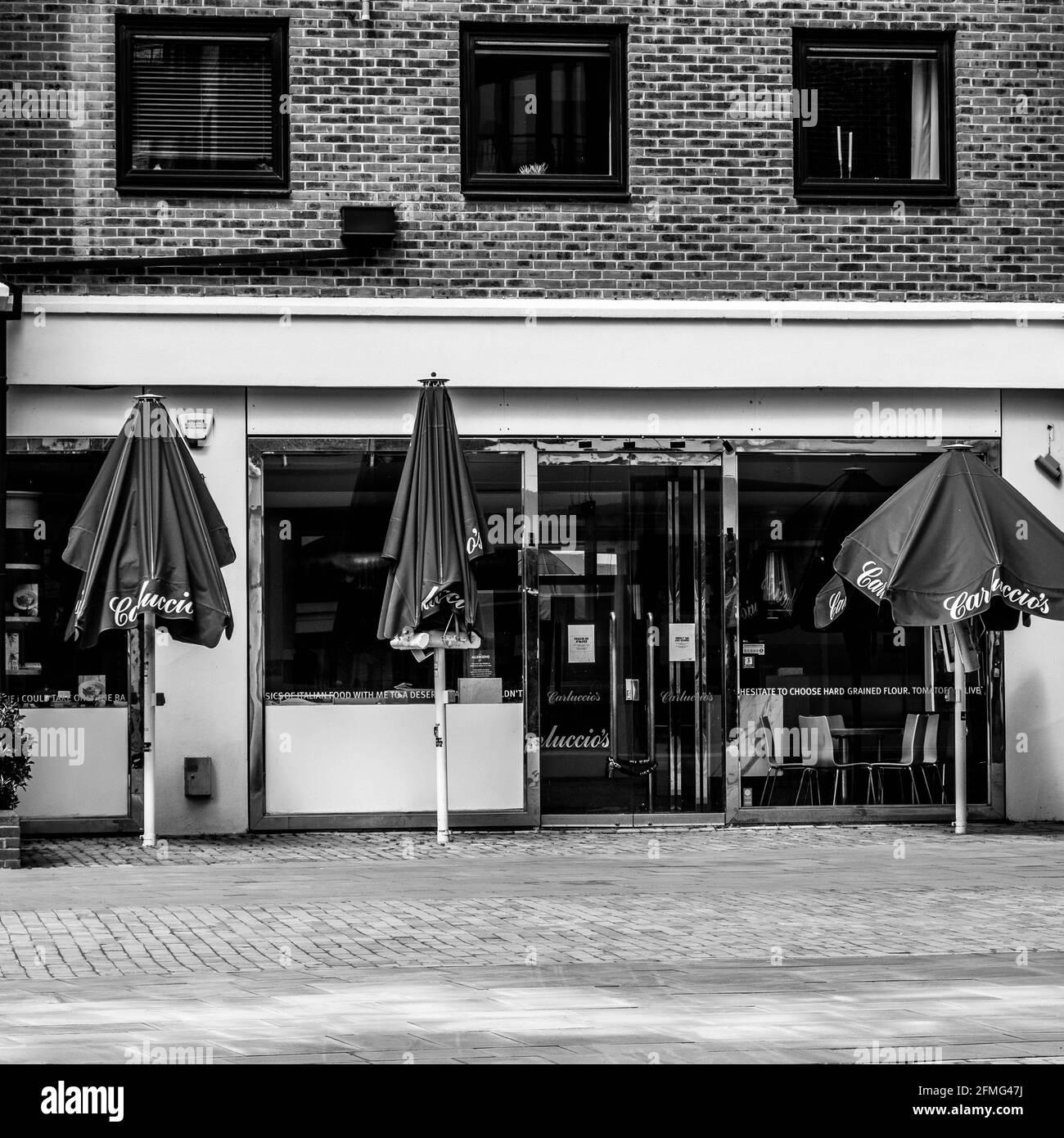 Kingston upon Thames Surrey London, Großbritannien, 07 2021. Mai, Hospitality Restaurant mit Sonnenschirmen im Freien und No People Closed während der Coronavirus Covid-19 Lock Stockfoto