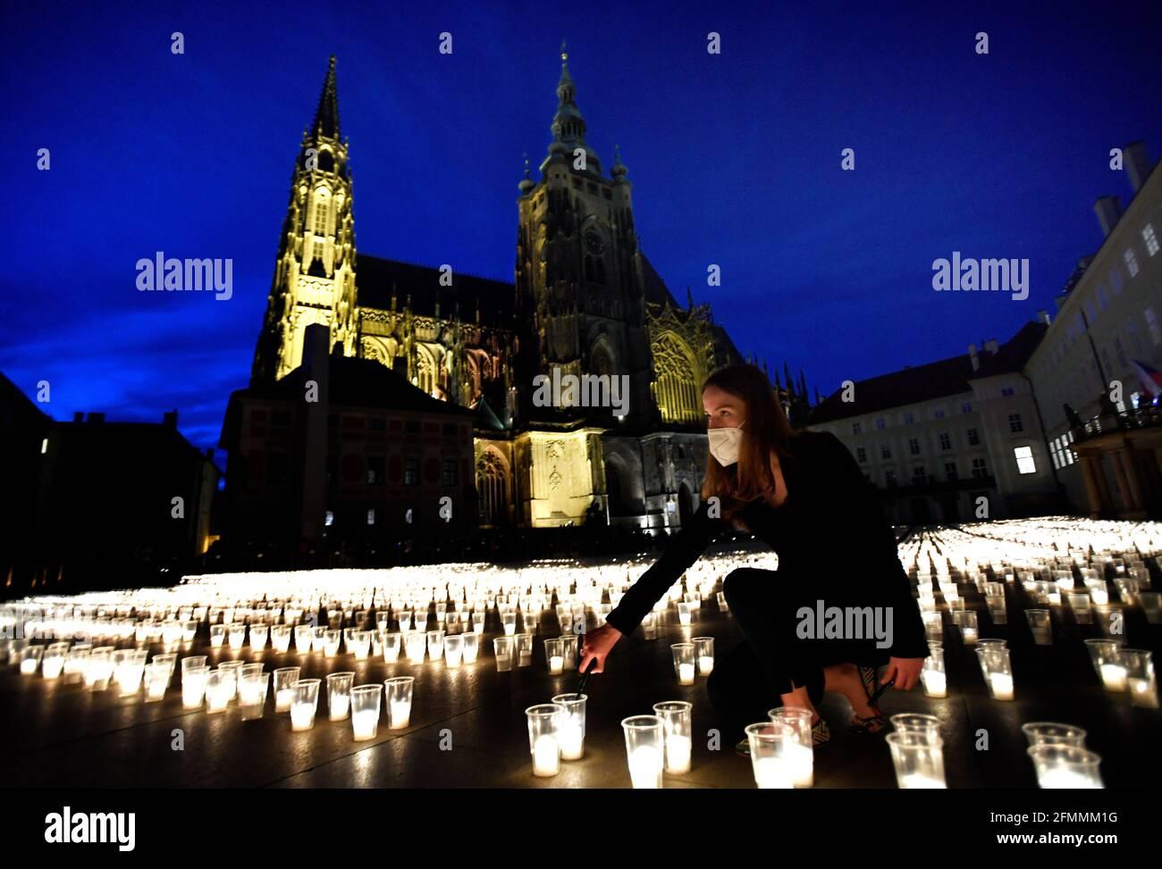 Prag, Tschechische Republik. Mai 2021. Die Tschechen zünden während der Gedenkveranstaltung für COVID-19-Opfer auf der Prager Burg, Tschechische Republik, am 10. Mai 2021 Kerzen an. In den Höfen der Burg werden fast 30,000 Kerzen angezündet, jede für eine infizierte Person, die in der Tschechischen Republik starb. Kredit: Michaela Rihova/CTK Foto/Alamy Live Nachrichten Stockfoto