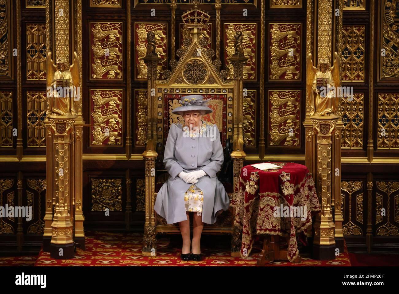 Königin Elizabeth II. Hält eine Rede vom Thron im House of Lords im Palace of Westminster in London, während sie das Legislativprogramm der Regierung für die kommende Sitzung während der Eröffnung des Parlaments umreißt. Bilddatum: Dienstag, 11. Mai 2021. Stockfoto