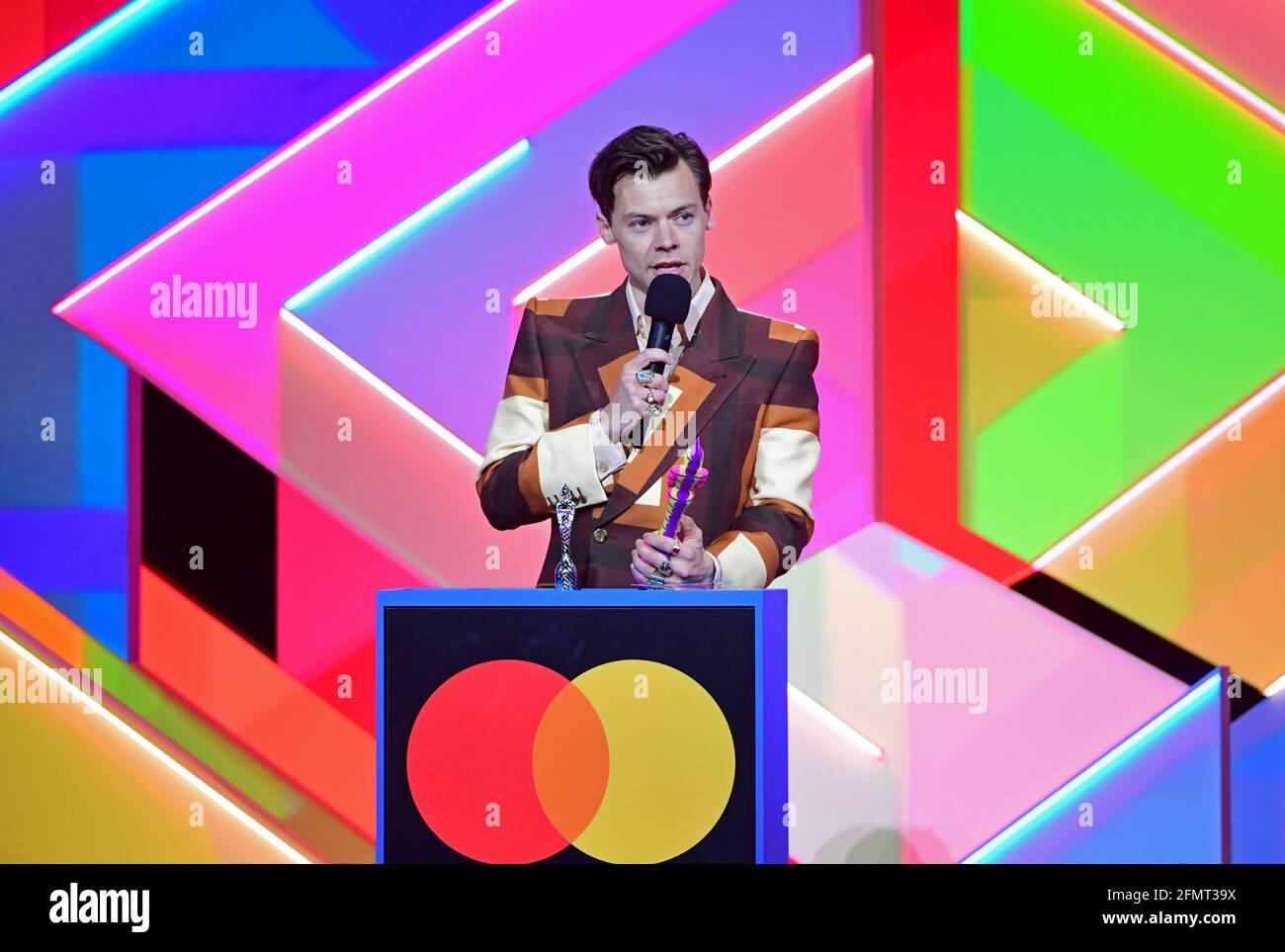 Harry Styles nimmt den Preis für die British Single während der Brit Awards 2021 in der O2 Arena, London, entgegen. Bilddatum: Dienstag, 11. Mai 2021. Stockfoto