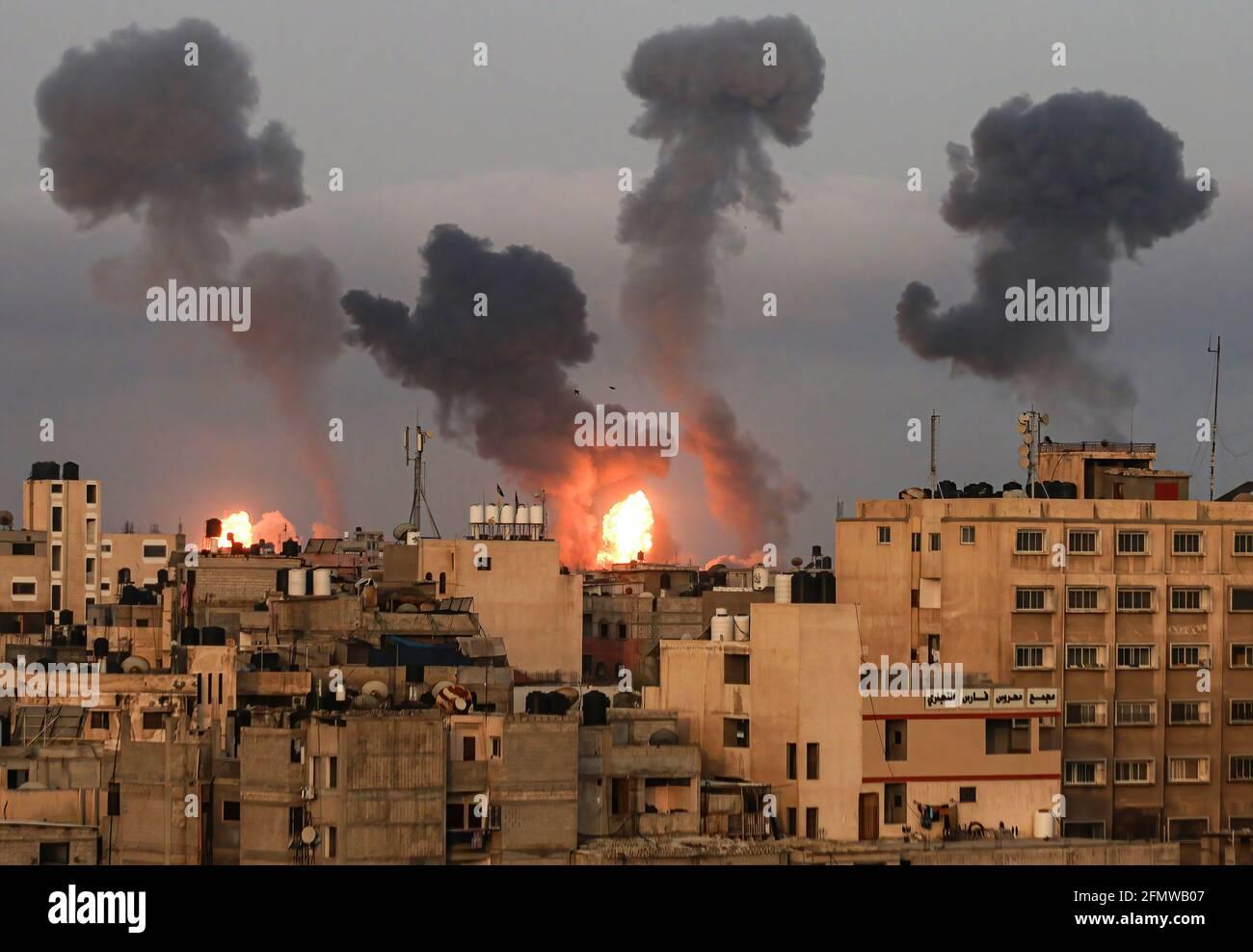 Gaza, Palästina. Mai 2021. Wolken aus dunklem Rauch, die nach einem israelischen Luftangriff über Gaza-Stadt zu sehen waren. Explosionen und Feuer, die durch israelische Luftangriffe im südlichen Gazastreifen verursacht wurden, und Israel startete Luftangriffe auf den Küstenstreifen als Reaktion auf eine Flut von Raketen, die von Palästinensern auf Israel abgefeuert wurden. Kredit: SOPA Images Limited/Alamy Live Nachrichten Stockfoto