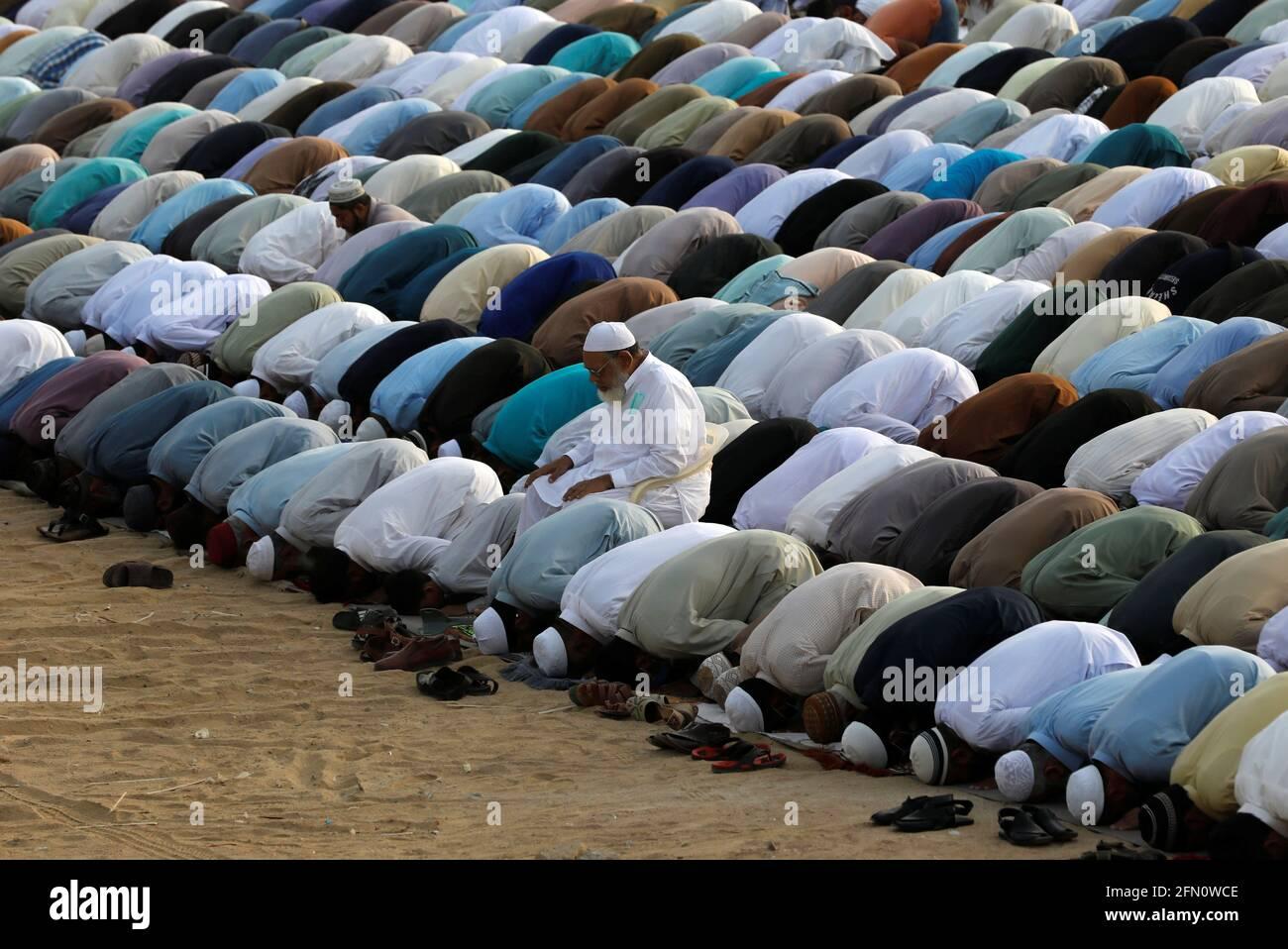 Pakistanische Muslime feiern Eid al-Fitr-Gebete zum Ende des Fastenmonats Ramadan, da der Ausbruch der Coronavirus-Krankheit (COVID-19) in Karachi, Pakistan, am 13. Mai 2021 andauert. REUTERS/Akhtar Soomro Stockfoto