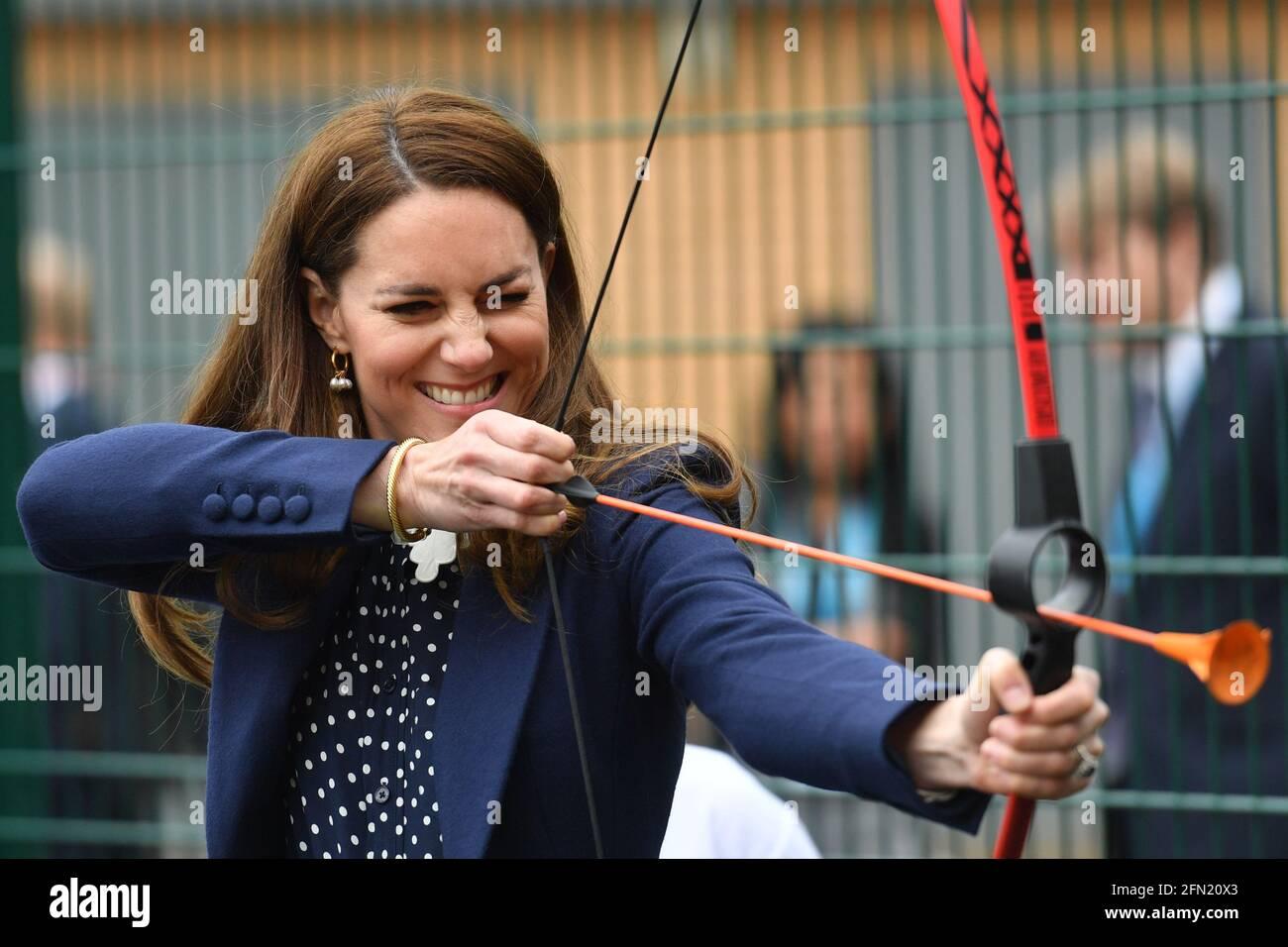 Die Herzogin von Cambridge bei einer Bogenschießstunde während eines Besuchs der Way Youth Zone in Wolverhampton, West Midlands. Bilddatum: Donnerstag, 13. Mai 2021. Stockfoto