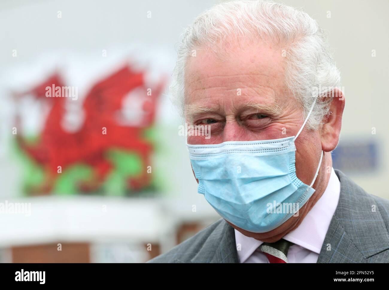 Der Prinz von Wales bei einem Besuch bei BCB International, einem Anbieter von Schutz-, Medizin- und Verteidigungsausrüstung, in Cardiff. Bilddatum: Freitag, 14. Mai 2021. Stockfoto