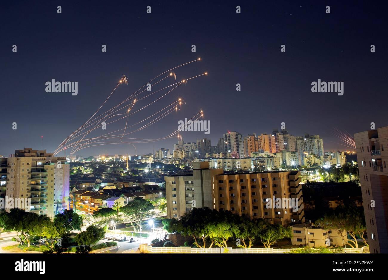 Von Aschkelon aus werden Lichtstreifen gesehen, während das israelische Raketenabwehrsystem Iron Dome Raketen abfängt, die vom Gazastreifen auf Israel abgeschossen wurden, 15. Mai 2021. REUTERS/Amir Cohen Stockfoto
