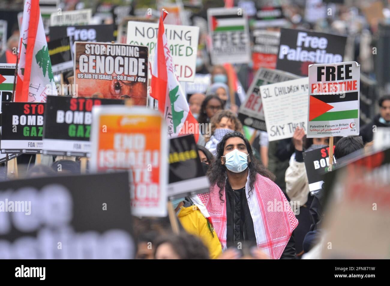 Während eines solidaritätsmarsches mit dem palästinensischen Volk inmitten des andauernden Konflikts mit Israel marschieren Demonstranten durch den Hyde Park zur israelischen Botschaft in London. Bilddatum: Samstag, 15. Mai 2021. Stockfoto
