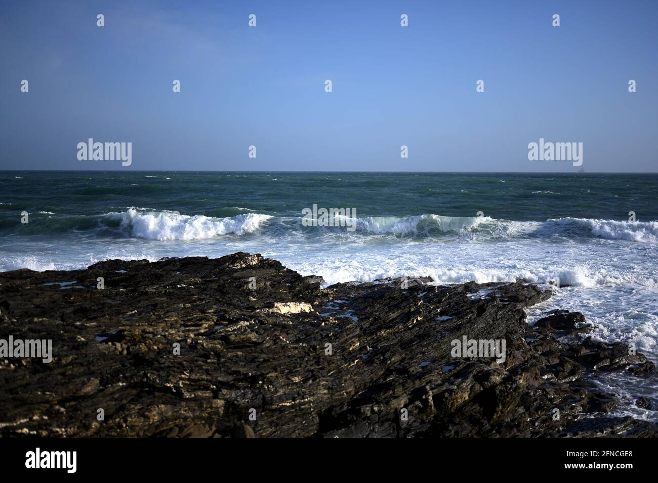 Wunderschöne Meereslandschaft mit felsiger Küste und Wellen, die auf die Felsen krachen, felsiges und zerklüftete Küstenkonzept Stockfoto