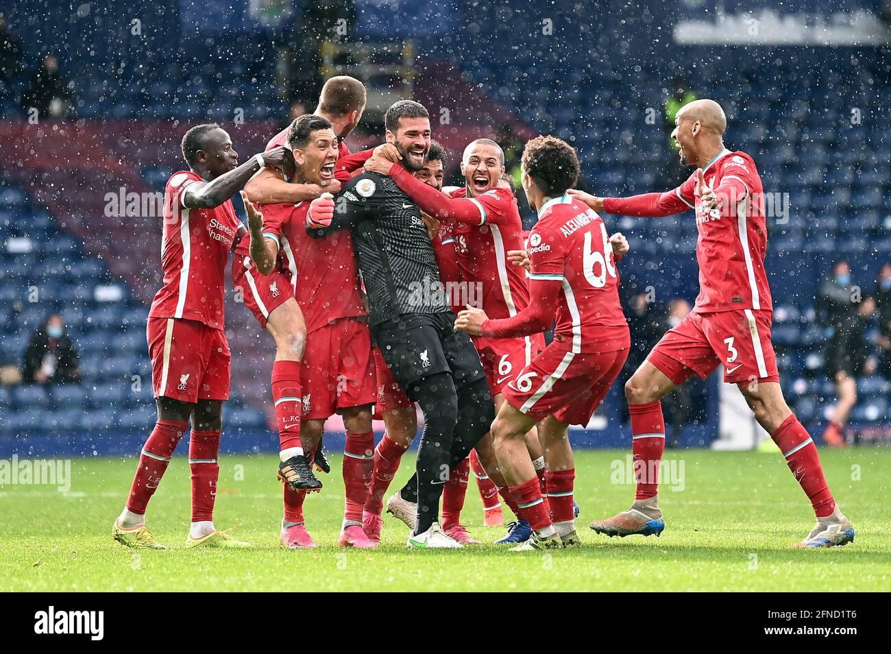 Liverpooler Torhüter Alisson feiert das zweite Tor seiner Mannschaft mit Teamkollegen während des Premier League-Spiels in den Hawthorns, West Bromwich. Bilddatum: Sonntag, 16. Mai 2021. Stockfoto