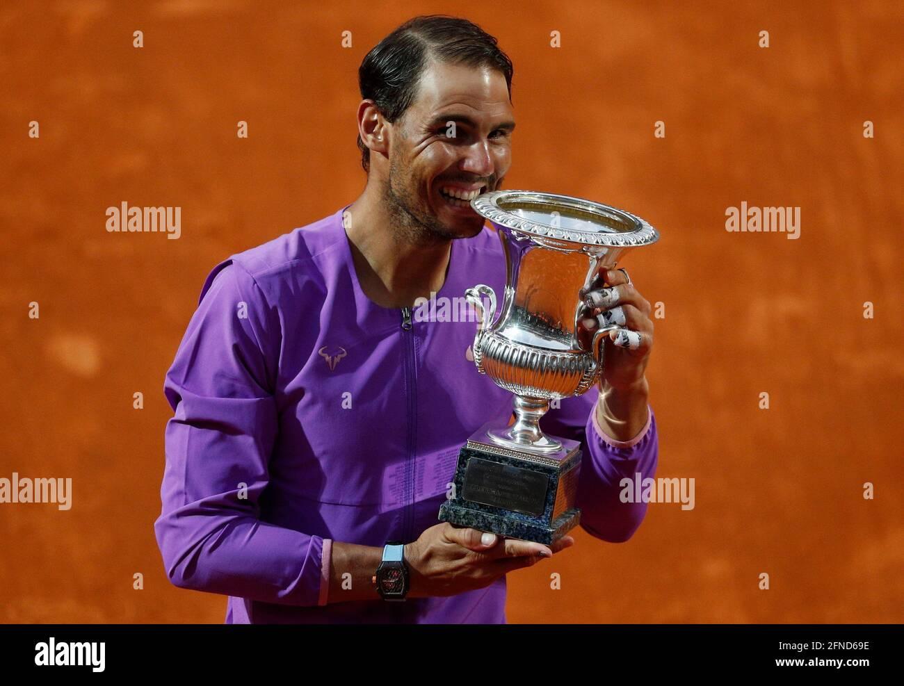 Tennis - ATP Masters 1000 - Ital Open - Foro Italico, Rom, Italien - 16. Mai 2021 der Spanier Rafael Nadal feiert mit der Trophäe nach dem Gewinn seines letzten Spiels gegen den serbischen Novak Djokovic REUTERS/Guglielmo Mangiapane Stockfoto