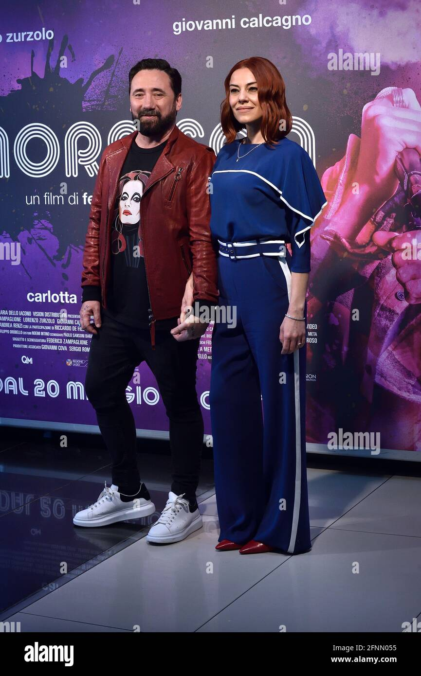 Der italienische Regisseur Federico Zampaglione und die italienische  Schauspielerin Giglia Marra posiert in der Fotoaufnahme des Films Morrison.  Rom (Italien), 17. Mai 2021 Stockfotografie - Alamy