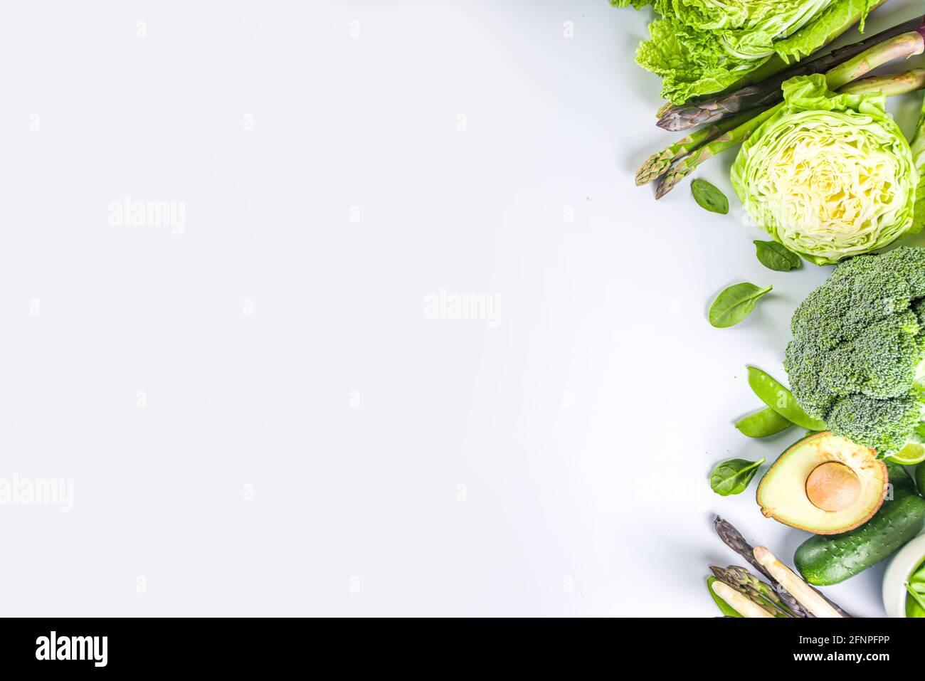 Gesunde Ernährung Frühlingsfutter Hintergrund. Auswahl an frischem rohem, grünem Gemüse aus biologischem Anbau - Brokkoli, Blumenkohl, Zucchini, Gurken, Spargel, Spinat Stockfoto