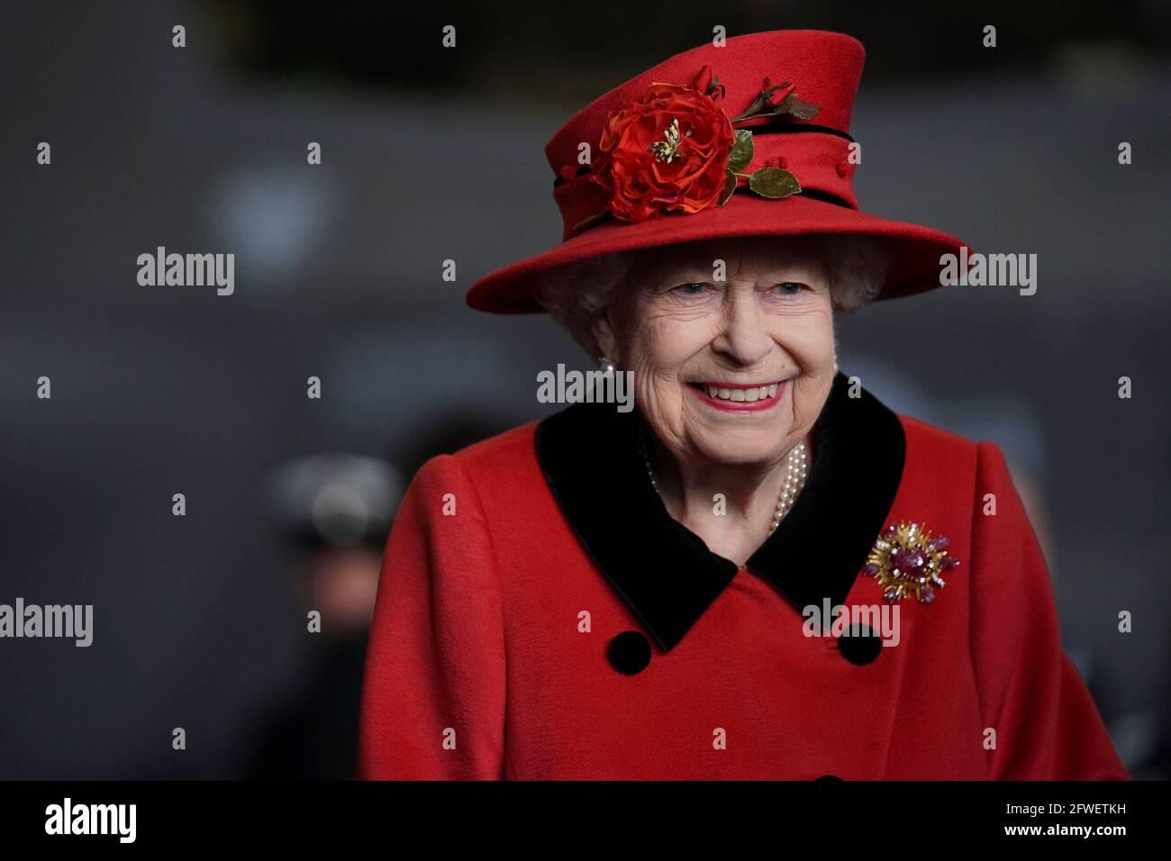 Königin Elizabeth II. Bei einem Besuch der HMS Queen Elizabeth auf dem Marinestützpunkt HM, Portsmouth, vor dem ersten Einsatz des Schiffes. Der Besuch kommt, als sich die HMS Queen Elizabeth darauf vorbereitet, die britische Carrier Strike Group auf einem 28-wöchigen Einsatzeinsatz zu führen, der über 26,000 Seemeilen vom Mittelmeer bis zur philippinischen See führt. Bilddatum: Samstag, 22. Mai 2021. Stockfoto