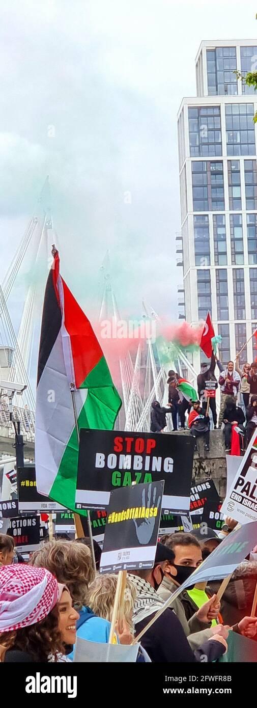 Central London, England. Mai 2021. Tausende Menschen nehmen an einer Kundgebung zur Unterstützung des freien Palästinas und zur Beendigung der illegalen Besetzung von Gaza Teil. Stockfoto