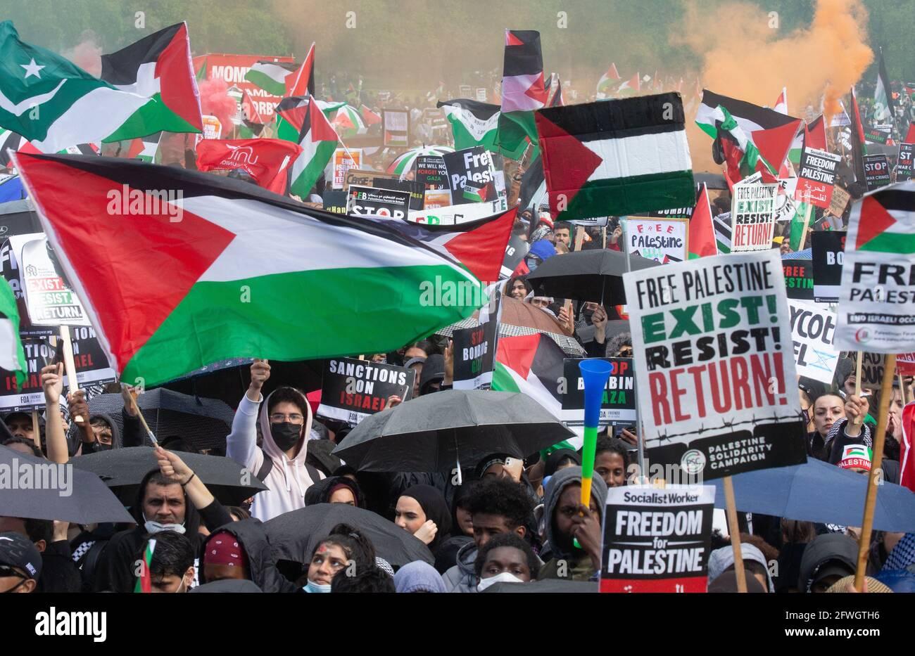 London, Großbritannien. Mai 2021. Ein pro-palästinensischer marsch macht sich mit Reden vom Embankment zu einer Kundgebung im Hyde Park auf. Die Menschen sind wütend auf die Bombardierungen durch Israel und fordern die britische Regierung auf, Maßnahmen zu ergreifen. Sie sind der Meinung, dass die Angriffe Israels unverhältnismäßig waren, wobei die meisten der 250 Toten Palästinenser waren. Obwohl es jetzt einen Waffenstillstand gibt, wollen sie Maßnahmen der britischen und amerikanischen Regierungen. Kredit: Mark Thomas/Alamy Live Nachrichten Stockfoto