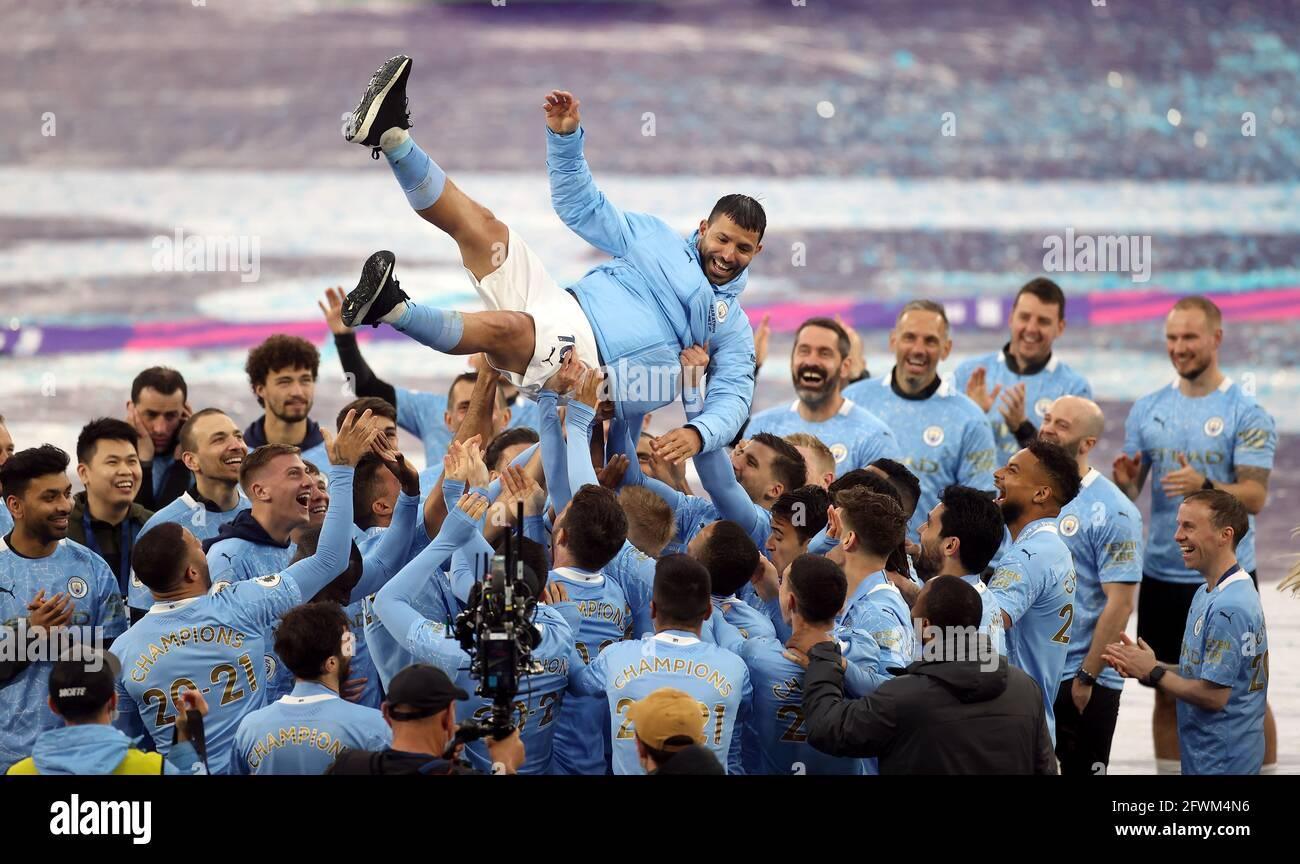 Sergio Aguero von Manchester City wird von seinen Teamkollegen nach seinem letzten Spiel für den Club im Premier League-Spiel im Etihad Stadium in Manchester in die Luft geschleudert. Bilddatum: Sonntag, 23. Mai 2021. Stockfoto