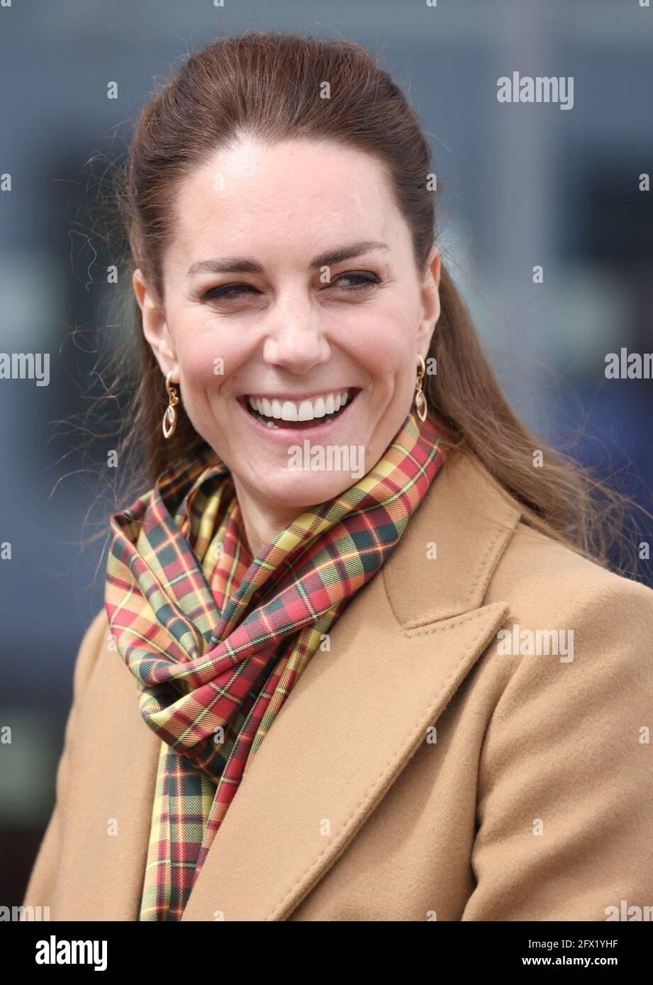 Die Herzogin von Cambridge während der offiziellen Eröffnung des Balfour, Orkneys neues Krankenhaus in Kirkwall, wo das königliche Paar Mitarbeiter des NHS trifft, während sie ihre Reise durch Schottland fortsetzen. Bilddatum: Dienstag, 25. Mai 2021. Stockfoto