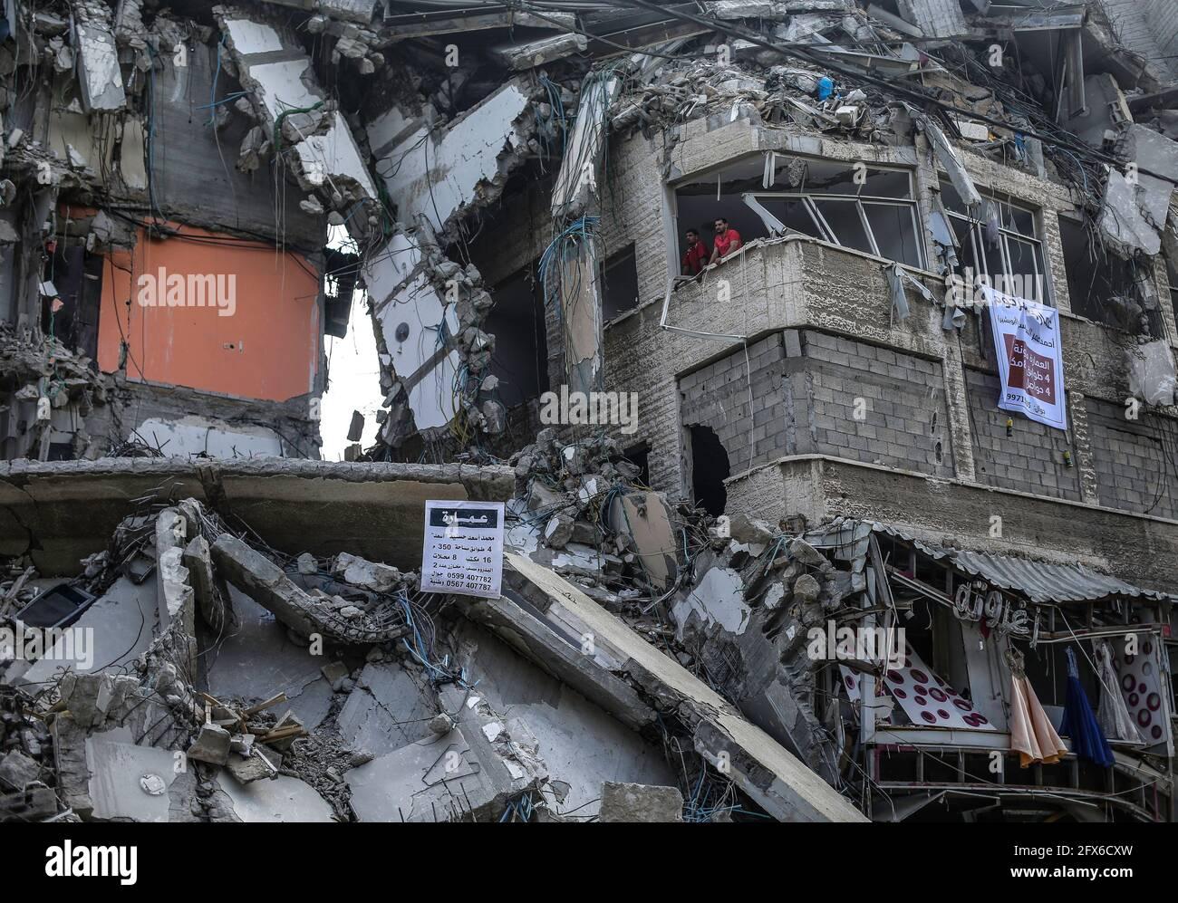 Gaza, Palästina. Mai 2021. Palästinenser, die nach dem Waffenstillstand zwischen Israel und den Aktivisten des Gazastreifens in Gaza-Stadt unter zerstörten Häusern zu sehen sind. DER US-Spitzendiplomat Antony Blinken schwor Unterstützung beim Wiederaufbau des zerrütteten Gazastreifens und bei der Unterstützung eines Waffenstillstands zwischen der Hamas und Israel, bestand aber darauf, dass die militanten islamistischen Herrscher des Territoriums von keiner Hilfe profitieren würden. Kredit: SOPA Images Limited/Alamy Live Nachrichten Stockfoto