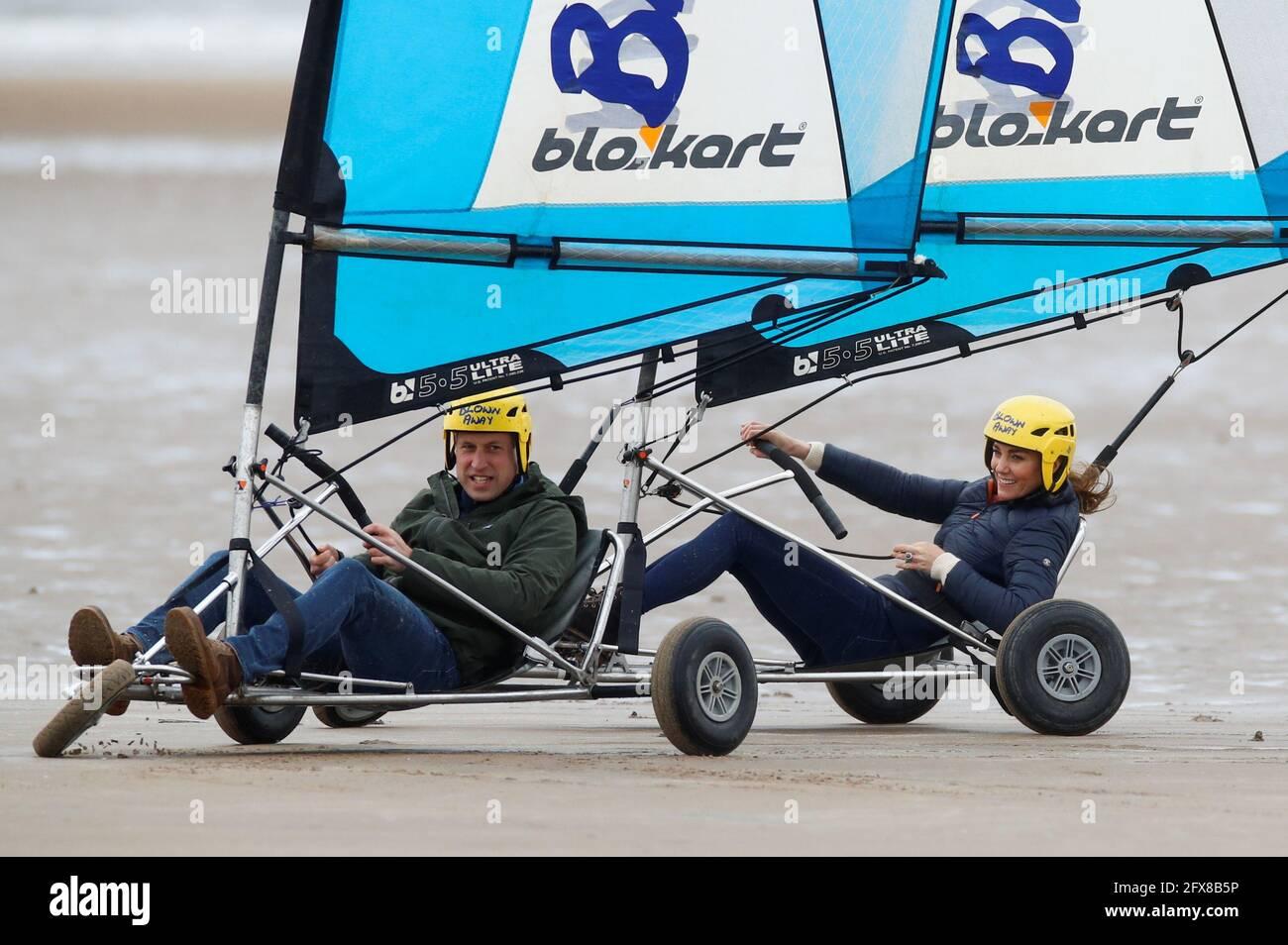 Der Herzog und die Herzogin von Cambridge landet beim Segeln am Strand von St Andrews. Bilddatum: Mittwoch, 26. Mai 2021. Stockfoto
