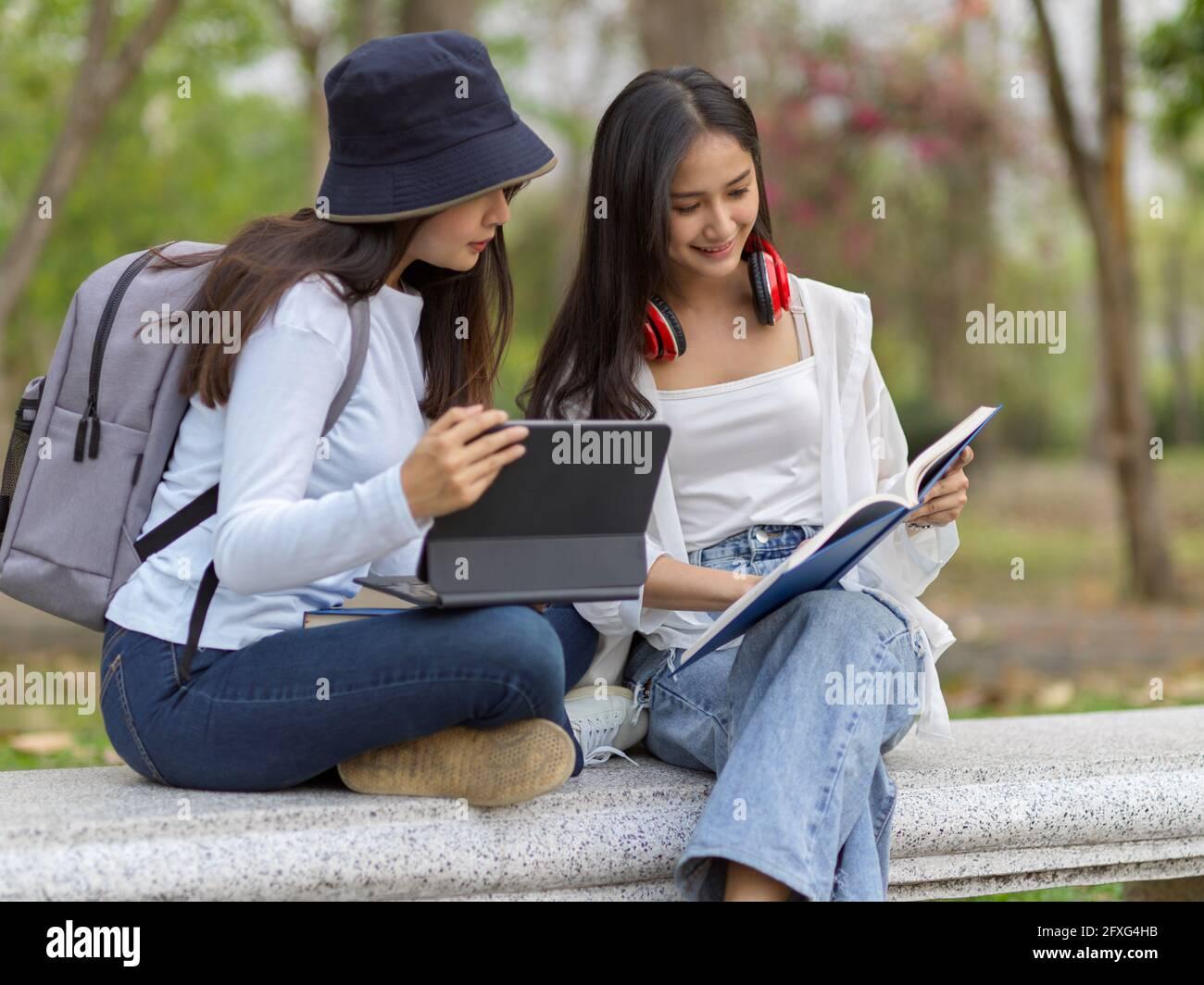 Studentinnen junge hübsche Vögelnest
