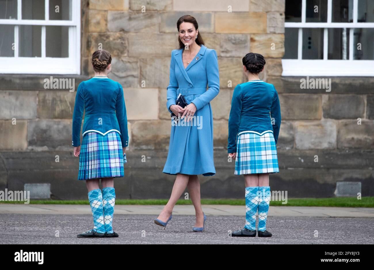 Die Herzogin von Cambridge trifft auf Highland-Tänzer während eines Schlages des Retreats im Palace of Holyroodhouse in Edinburgh. Bilddatum: Donnerstag, 27. Mai 2021. Stockfoto