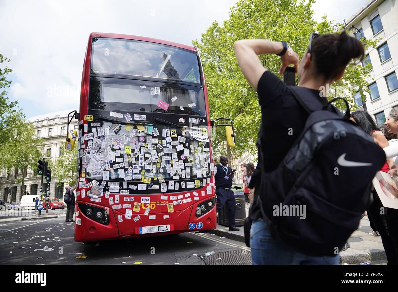 Ein Londoner Bus ist in der Nähe des Trafalgar Square nach einem Anti-Impfstoff-Protest im Zentrum von London mit Anti-Impfstoff-Aufklebern bedeckt. Bilddatum: Samstag, 29. Mai 2021. Stockfoto