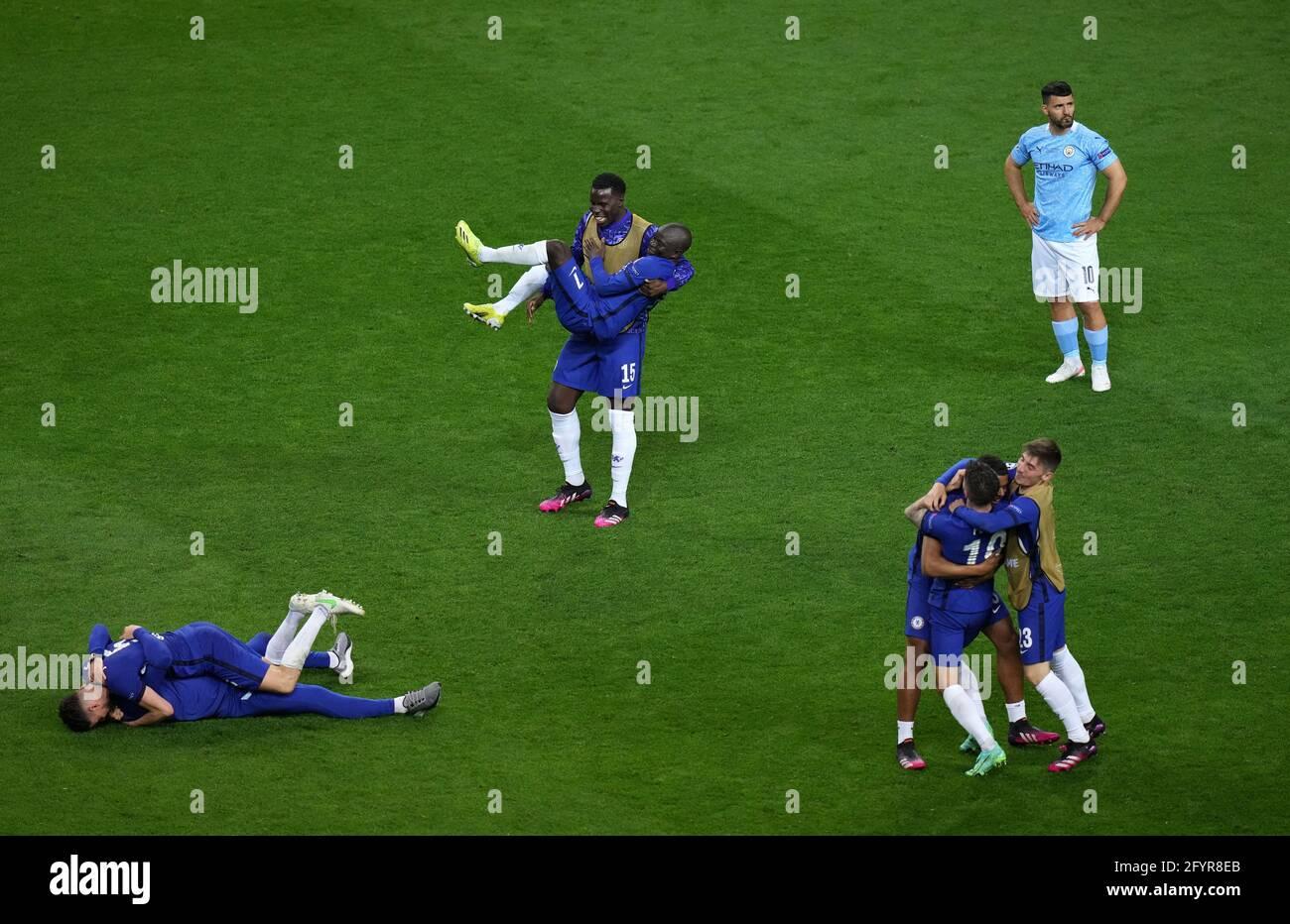 Chelsea-Spieler feiern den Sieg, da Sergio Aguero von Manchester City (rechts) nach dem UEFA Champions League-Finale im Estadio do Dragao in Porto, Portugal, niedergeschlagen erscheint. Bilddatum: Samstag, 29. Mai 2021. Stockfoto