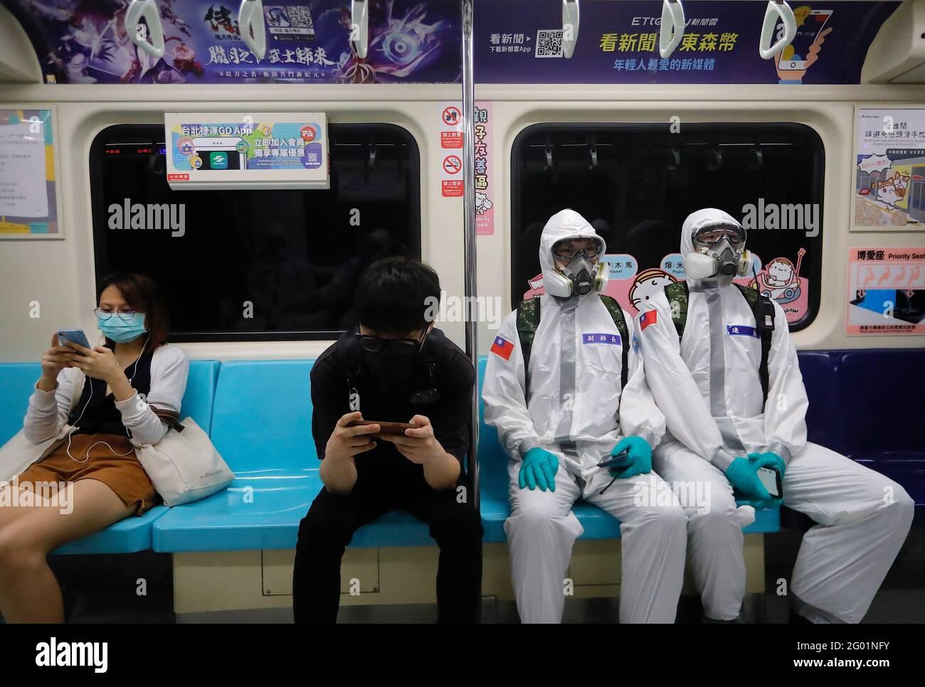 Taipei, Taipei, Taiwan. Mai 2021. Militäroffiziere, die öffentliche Bereiche desinfizieren und den Transport in einem U-Bahn-Zug in Taipei sehen, nachdem eine dramatische Zunahme von Fällen im Inland, die die medizinischen Systeme in Taiwan gefährden, zu beobachten war. Da mehr Covid-19-Fälle und Todesfälle gemeldet wurden, wurde über die Möglichkeit einer Sperrung diskutiert, während gleichzeitig unzureichende Impfstoffe und Auswirkungen auf die Wirtschaft zu verzeichnen sind. Quelle: Daniel Ceng Shou-Yi/ZUMA Wire/Alamy Live News Stockfoto