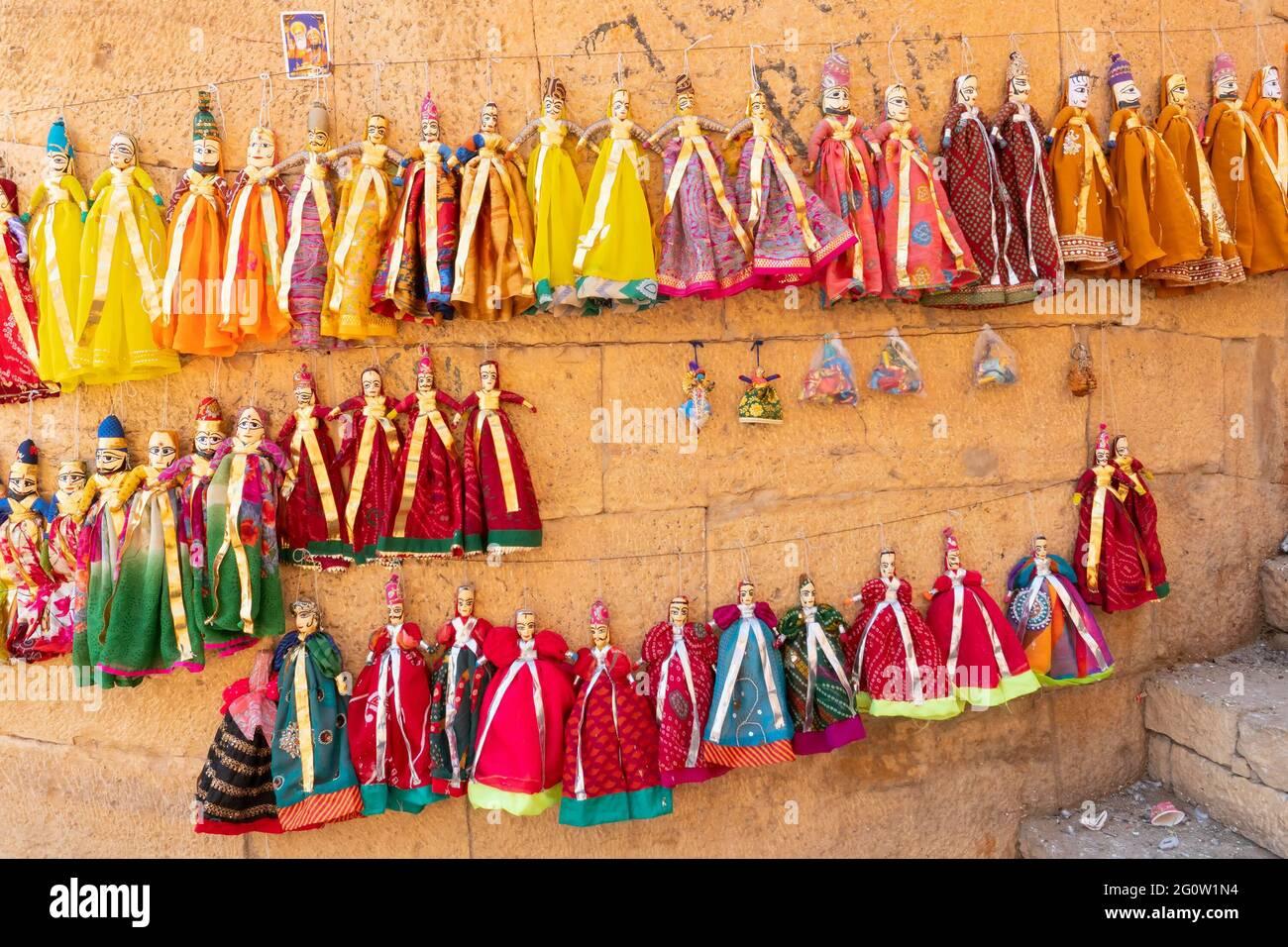 Traditionelle König und Königin, genannt Raja Rani, handgemachte Puppen oder Katputli-Sets hängen an der Wand im Jaislamer Fort, Rajasthan, Indien. Puppen i Stockfoto