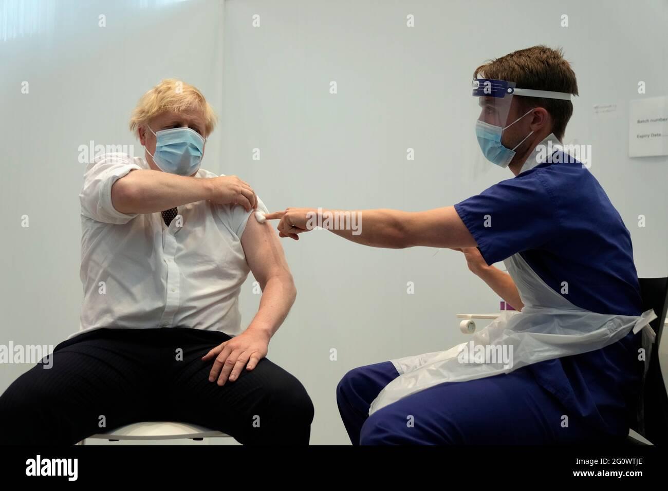 Premierminister Boris Johnson erhält seinen zweiten Jab des Coronavirus-Impfstoffs AstraZeneca von James Black am Francis Crick Institute in London. Bilddatum: Donnerstag, 3. Juni 2021. Stockfoto
