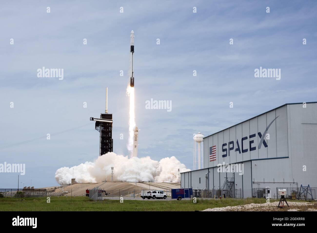 Florida, USA. 3. Juni 2021: Eine SpaceX Falcon 9-Rakete startet am Donnerstag, den 3. Juni 2021, die Raumsonde Cargo Dragon-2 für die NASA vom Komplex 39A im Kennedy Space Center, Florida. Dragon transportiert über drei Tonnen Vorräte, Experimente und Ersatzteile zur Internationalen Raumstation. Foto von Joe Marino/UPI Credit: UPI/Alamy Live News Stockfoto