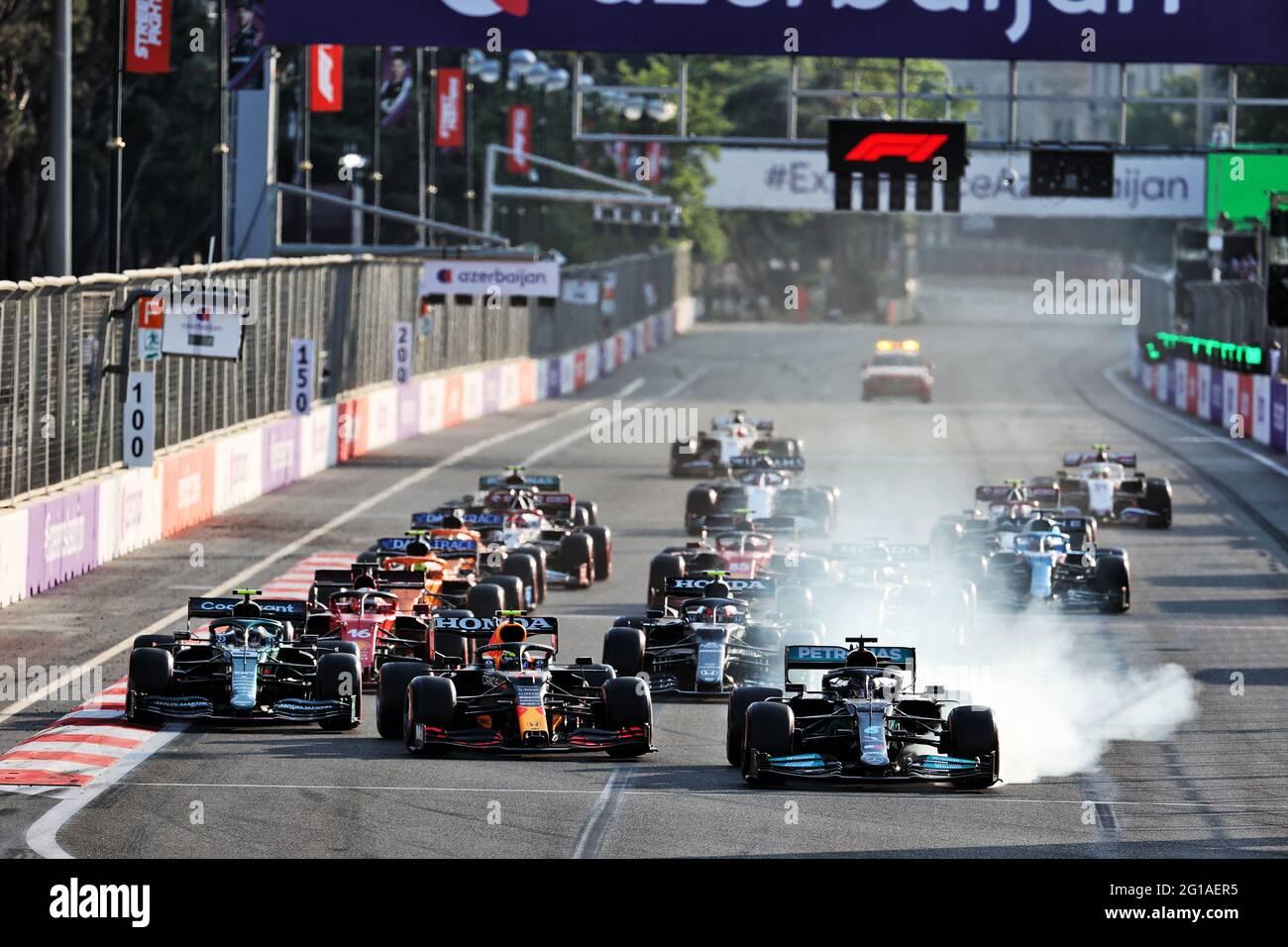 Baku, Aserbaidschan. Juni 2021. Lewis Hamilton (GBR) Mercedes AMG F1 W12 bremst beim Neustart des Rennens ab und versucht, Sergio Perez (MEX) Red Bull Racing RB16B zu überholen. 06.06.2021. Formel-1-Weltmeisterschaft, Rd 6, Großer Preis Von Aserbaidschan, Baku Street Circuit, Aserbaidschan, Wettkampftag. Bildnachweis sollte lauten: XPB/Press Association Images. Quelle: XPB Images Ltd/Alamy Live News Stockfoto