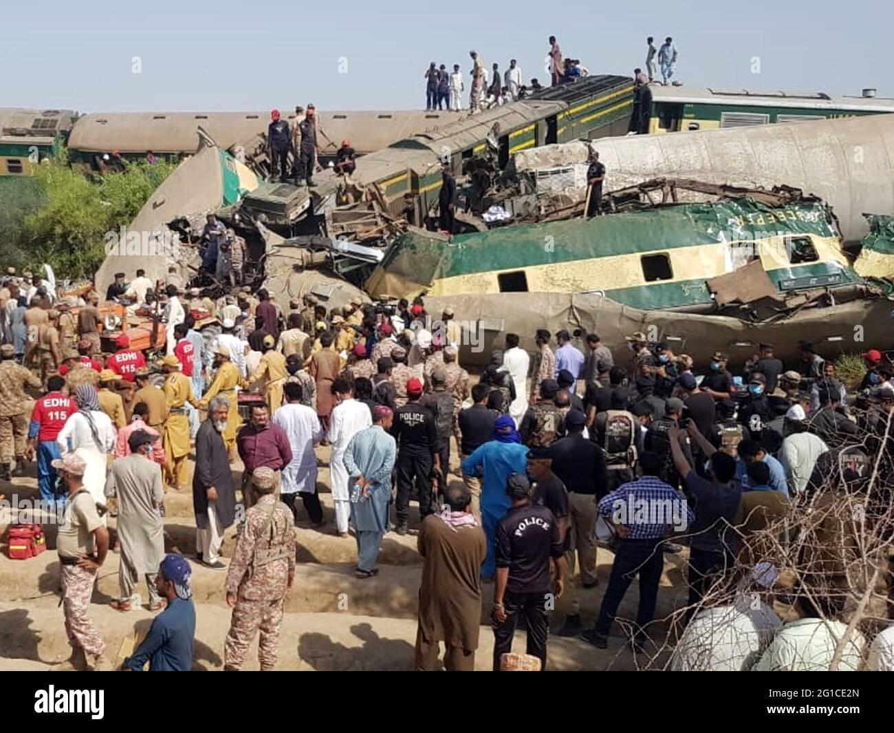 Ghotki. Juni 2021. Das Foto, das mit dem Mobiltelefon aufgenommen wurde, zeigt, wie sich Menschen am 7. Juni 2021 am Kollisionsort des Zuges im Bezirk Ghotki in der südlichen Provinz Sindh in Pakistan versammelten. Die Zahl der Todesopfer durch einen Frontalzusammenstoß zwischen zwei Personenzügen in der südlichen Provinz Sindh in Pakistan ist am Montagmorgen auf 36 gestiegen, wobei mehr als 50 weitere verletzt wurden, sagten lokale Medien und Beamte. Quelle: Str/Xinhua/Alamy Live News Stockfoto