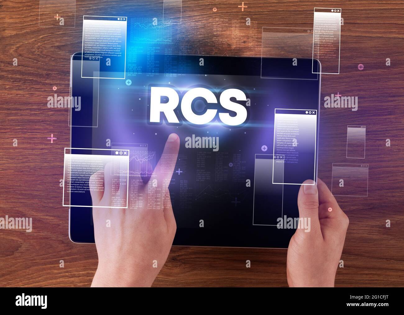 Nahaufnahme eines Tablet-PCs mit Handhaltung Stockfoto