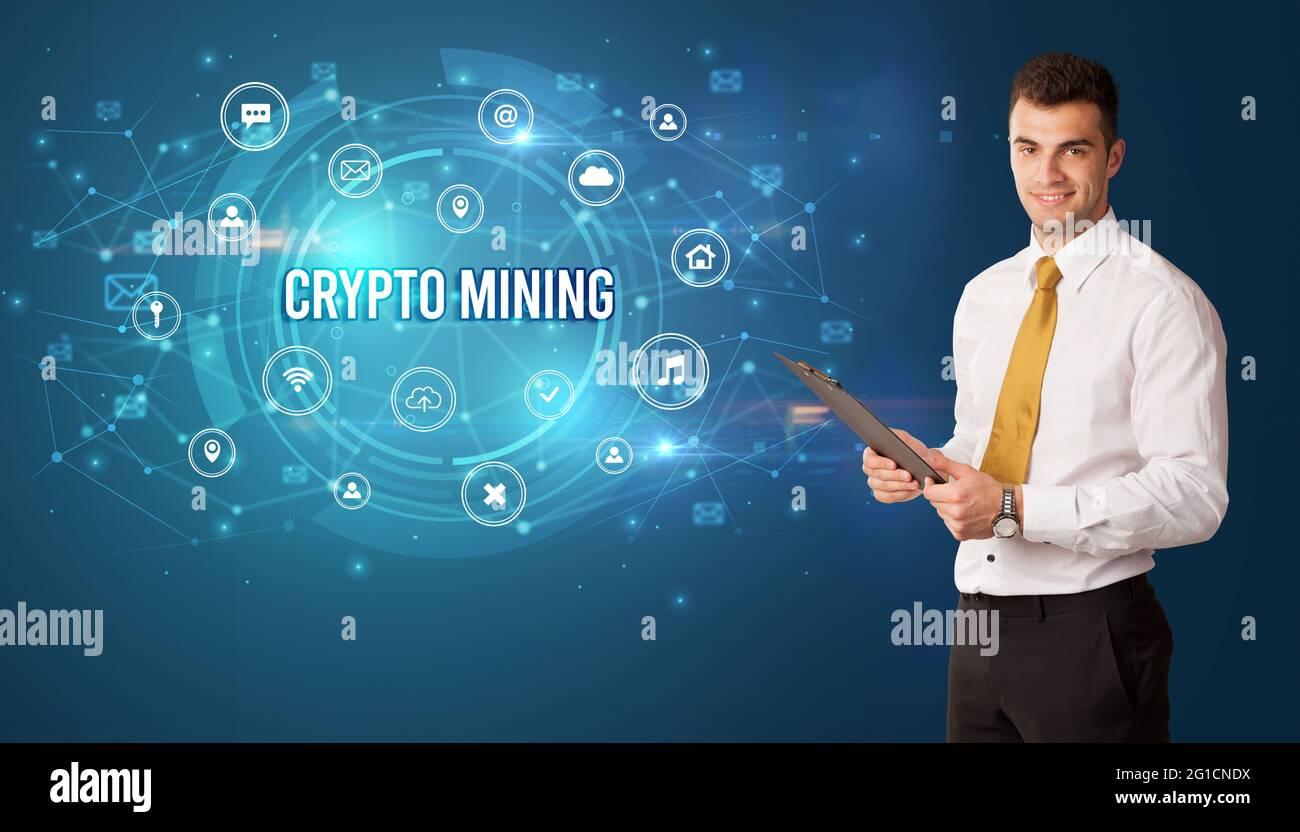 Geschäftsmann, der über moderne Technologie nachdenkt Stockfoto