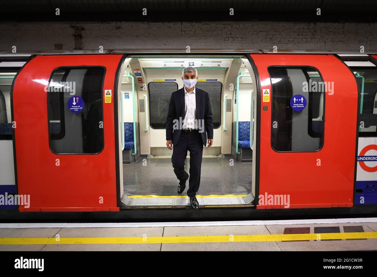 Sadiq Khan, der Bürgermeister von London, kommt mit einem U-Bahn-Zug am Londoner Bahnhof Waterloo an, um die U-Bahn-Linie Waterloo und City zum ersten Mal seit Beginn der Pandemie wieder zu eröffnen. Die wichtige Londoner Pendlerverbindung, die die Bahnhöfe Waterloo und Bank im Zentrum der Hauptstadt verbindet, wurde im März 2020 geschlossen. Bilddatum: Montag, 7. Juni 2021. Stockfoto