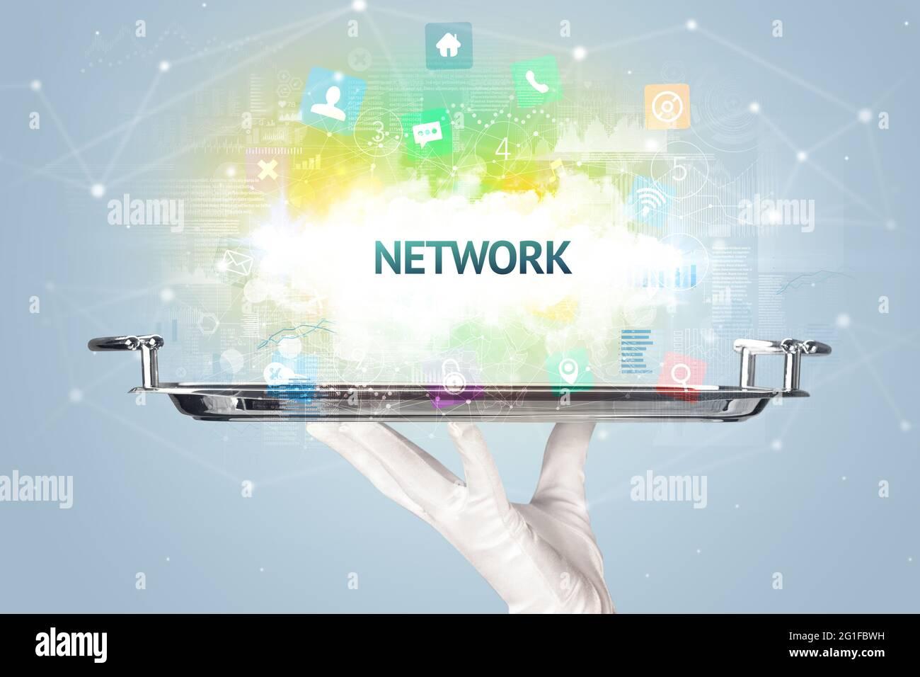 Kellner mit Social Networking-Konzept Stockfoto