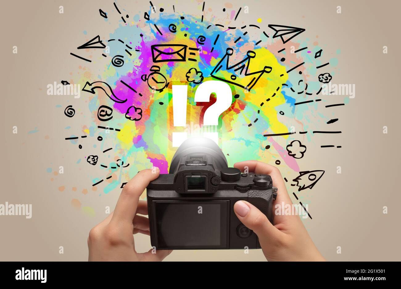 Nahaufnahme einer Digitalkamera mit Handgriff und abstrakter Zeichnung Konzept Stockfoto