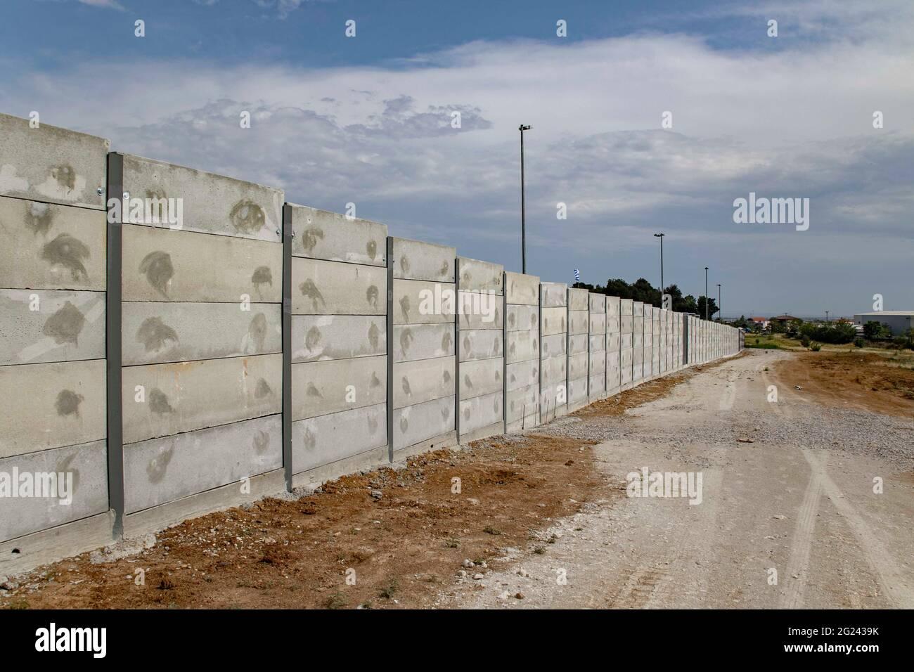 Thessaloniki, Griechenland. Juni 2021. Blick auf eine 3 Meter lange graue Mauer rund um das Diavata-Flüchtlingslager in der Nähe von Thessaloniki.um die Flüchtlingslager auf dem griechischen Festland und auf den griechischen Inseln werden hohe Betonwände errichtet, ein Schritt, den Griechenland für Sicherheitszwecke beansprucht. (Foto von Nik Oiko/SOPA Images/Sipa USA) Quelle: SIPA USA/Alamy Live News Stockfoto