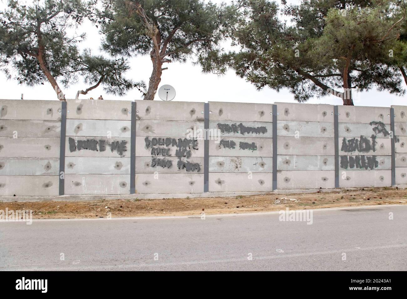 Thessaloniki, Griechenland. Juni 2021. Blick auf eine 3 Meter lange graue Mauer, die um das Diavata-Flüchtlingslager in der Nähe von Thessaloniki errichtet wurde. Um Flüchtlingslager auf dem griechischen Festland und den griechischen Inseln werden hohe Betonwände errichtet, ein Schritt, den Griechenland für Sicherheitszwecke beansprucht. (Foto von Nik Oiko/SOPA Images/Sipa USA) Quelle: SIPA USA/Alamy Live News Stockfoto