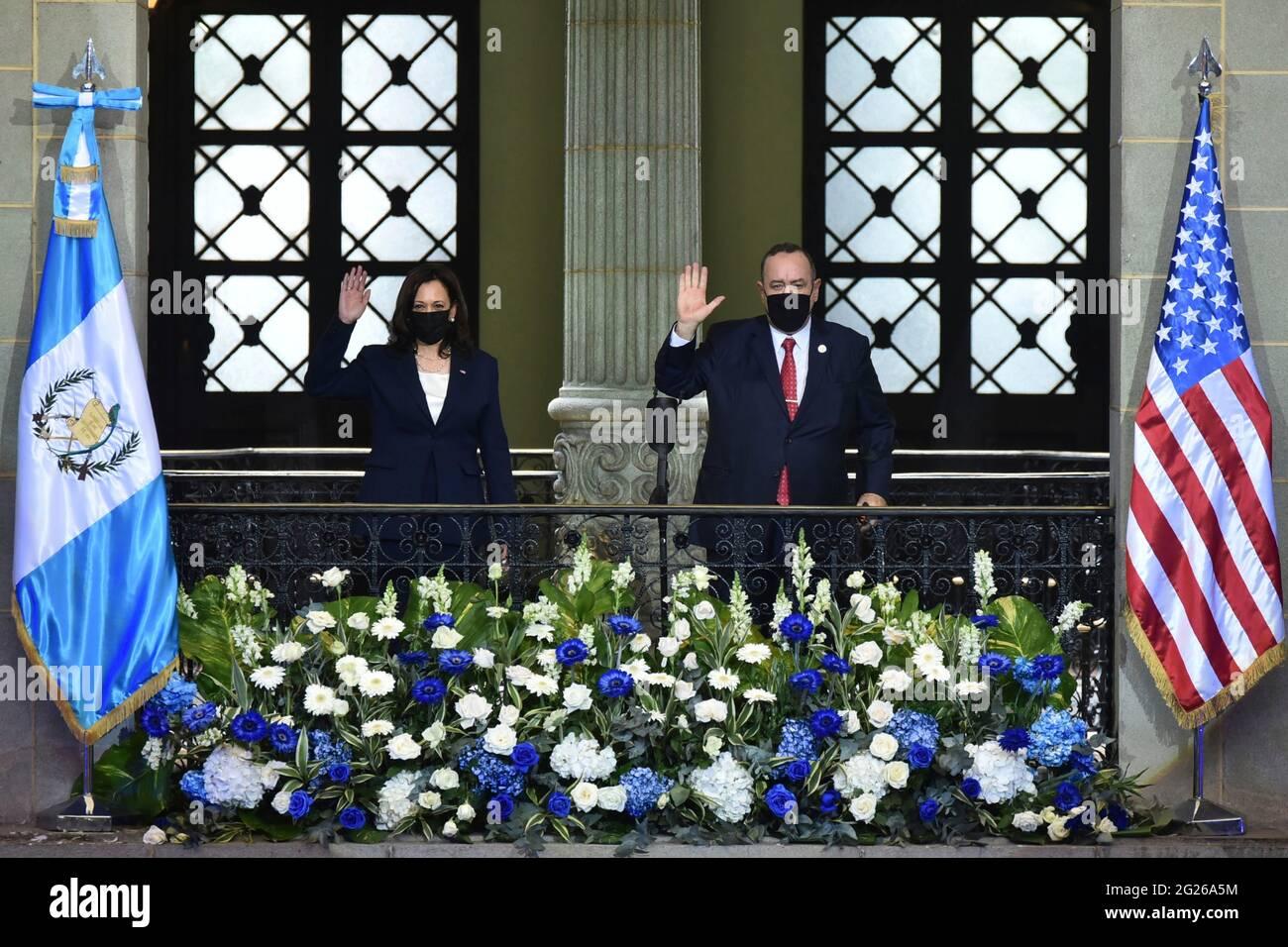 Guatemala-Stadt, Guatemala. Juni 2021. Die US-Vizepräsidentin Kamala Harris und der guatemaltekische Präsident Alejandro Giammattei winken vom Balkon des Kulturpalastes während der Ankunftszeremonien am 7. Juni 2021 in Guatemala City, Guatemala. Quelle: Planetpix/Alamy Live News Stockfoto