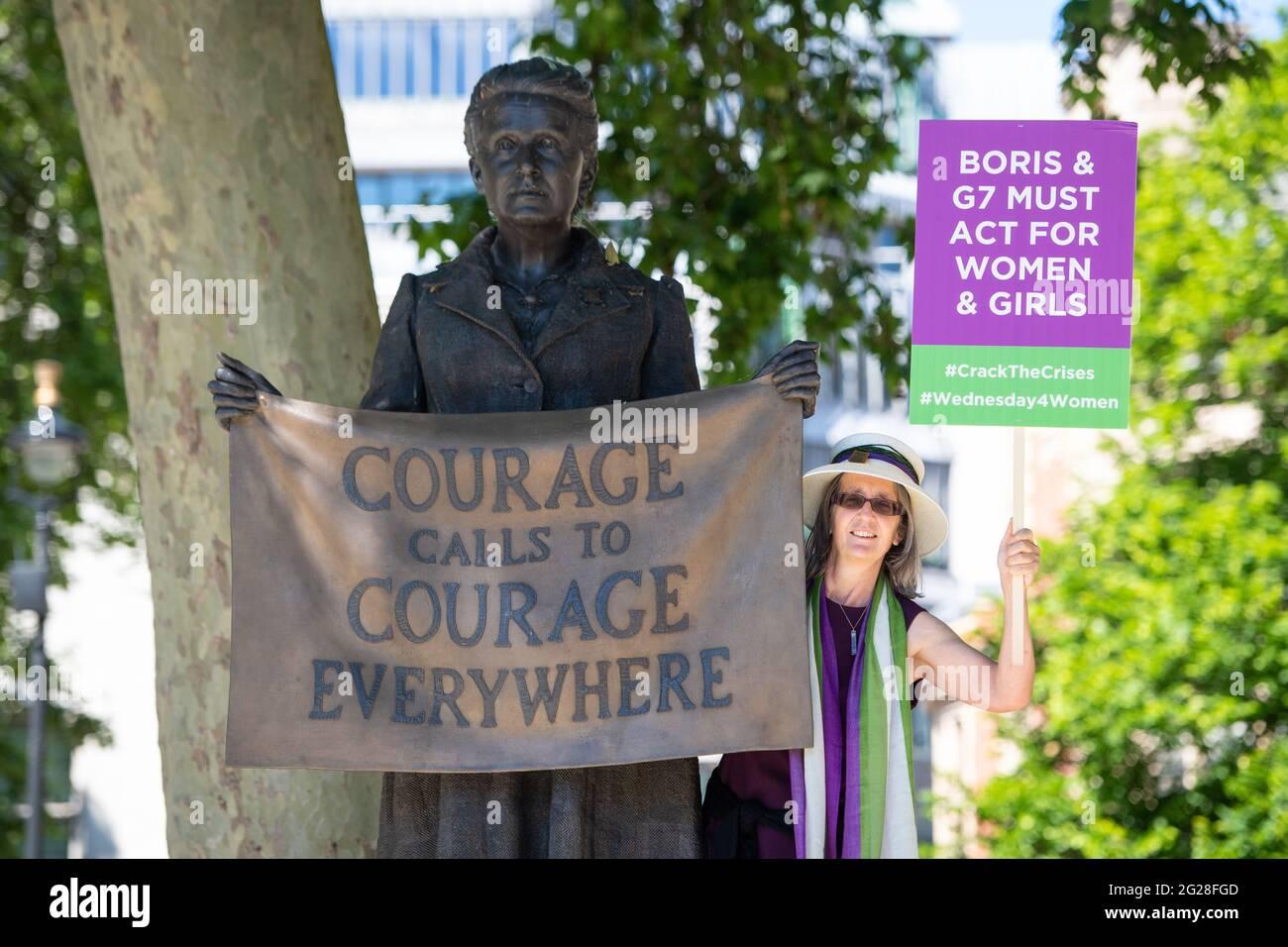 Helen Pankhurst mit der Statue der Frauenrechtlerin Millicent Fawcett auf dem Parliament Square, London, bevor sie sich einer Gruppe von Frauenrechtlerinnen anschloss, einen öffentlichen Brief an die 10 Downing Street im Rahmen eines Mittwoch4Women Day of Action zu überbringen, Fordert die britische Regierung auf, den Rückschlag der Gleichstellung der Geschlechter um eine Generation vor dem G7-Gipfel zu stoppen. Bilddatum: Mittwoch, 9. Juni 2021. Stockfoto