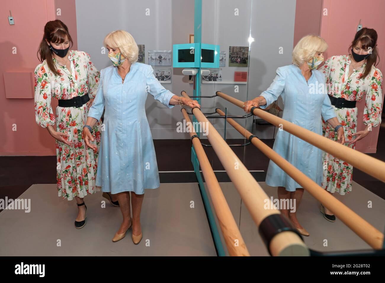 """Die Herzogin von Cornwall, Vizepatronin der Royal Academy of Dance, mit Dame Darcey Bussell während eines Besuchs im Victoria and Albert Museum in London, um die Ausstellung zum hundertjährigen Bestehen der Akademie mit dem Titel """"On Point: Royal Academy of Dance at 100"""" zu sehen. Bilddatum: Mittwoch, 9. Juni 2021. Stockfoto"""