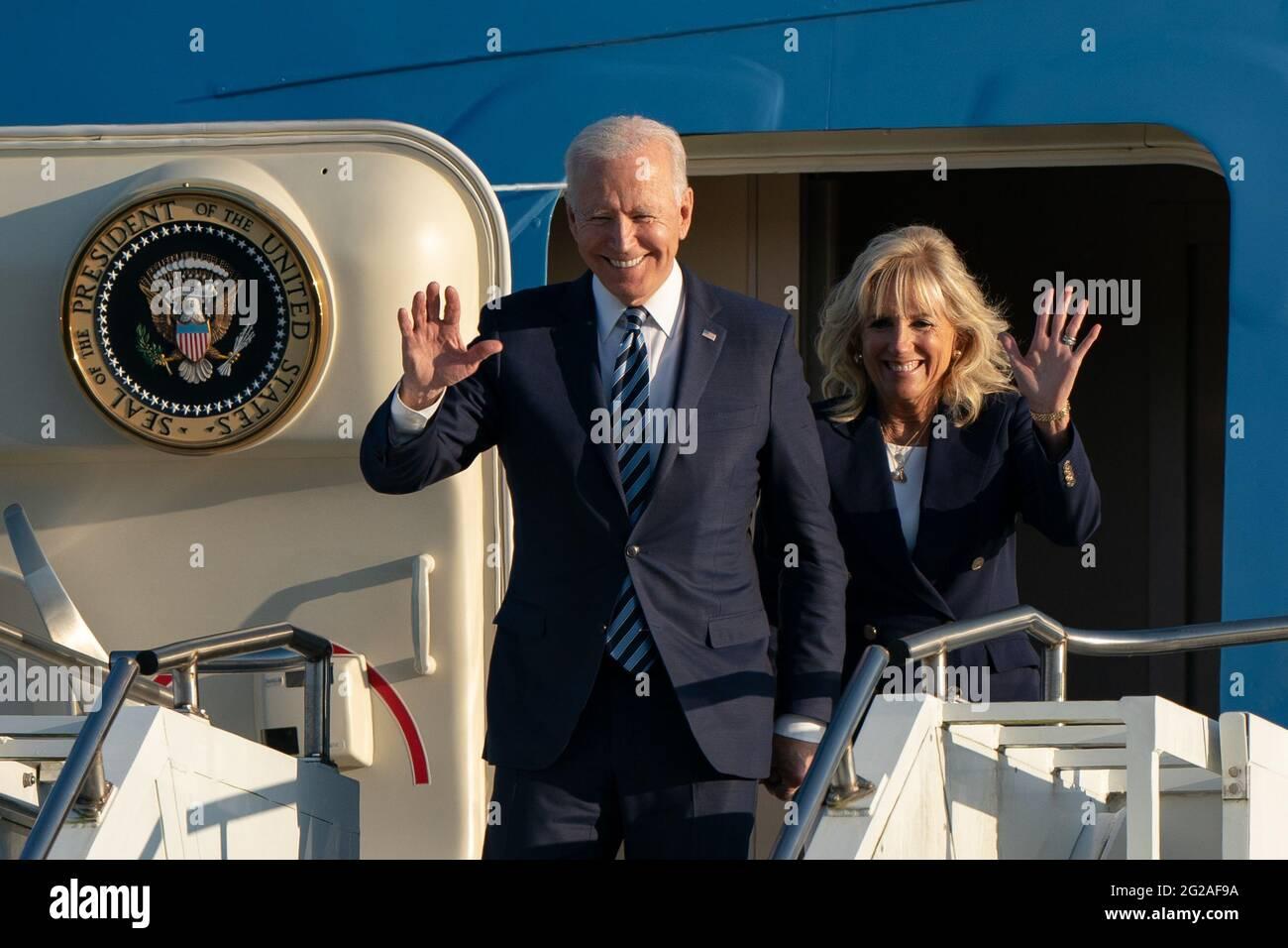 US-Präsident Joe Biden und First Lady Jill Biden treffen im Vorfeld des G7-Gipfels in Cornwall in der Air Force One bei RAF Mildenhall in Suffolk ein. Bilddatum: Mittwoch, 9. Juni 2021. Stockfoto