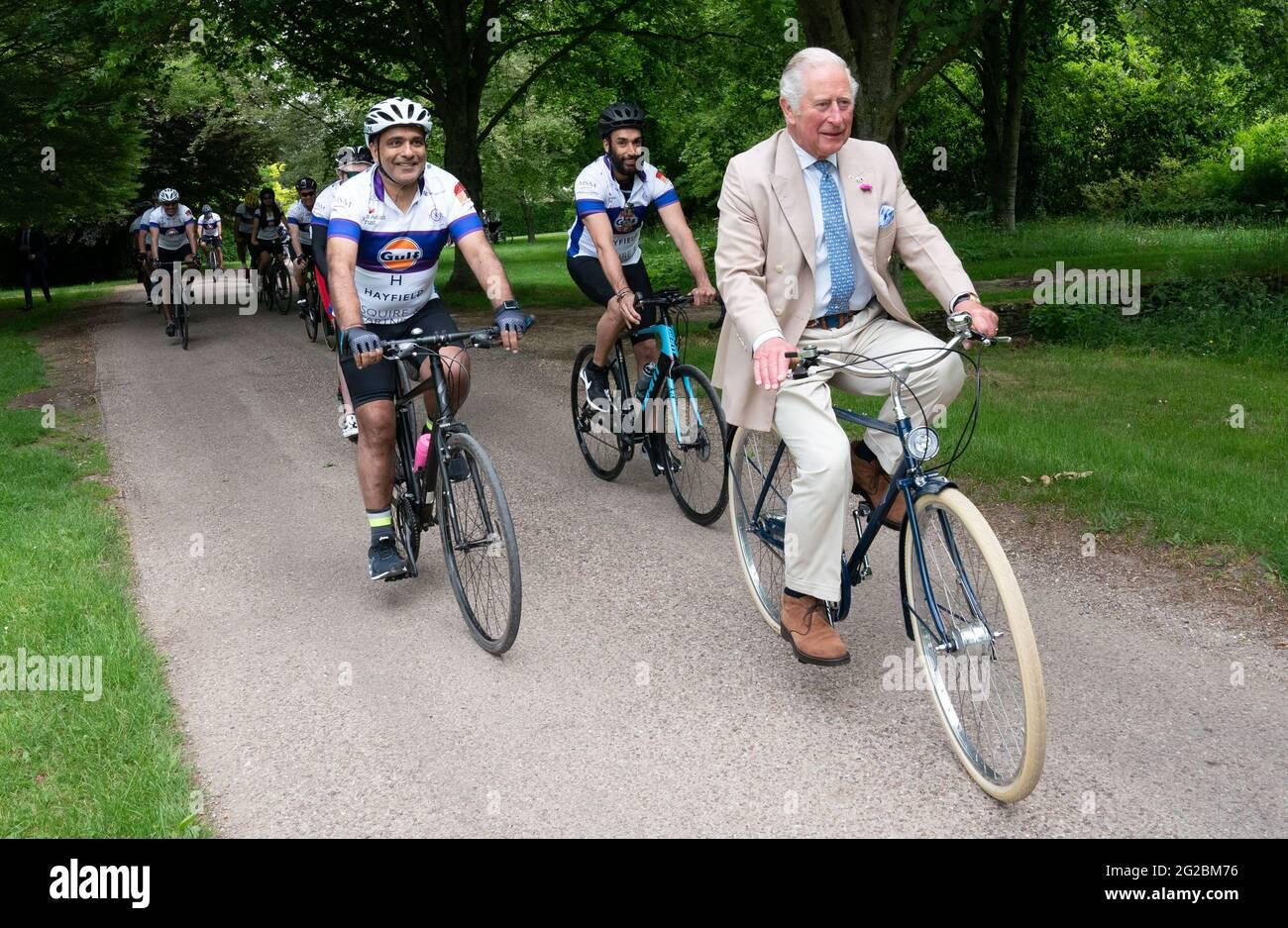 """Der Prinz von Wales tritt mit Vertretern des British Asian Trust in Highgrove in Gloucestershire zusammen, bevor sie sich auf die Veranstaltung """"Palaces on Wheels"""" der Wohltätigkeitsorganisation begeben. Bilddatum: Donnerstag, 10. Juni 2021. Stockfoto"""