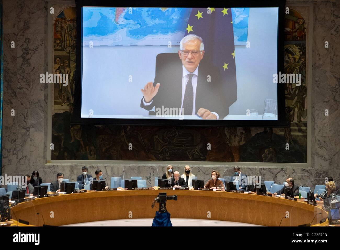 (210610) -- UNITED NATIONS, 10. Juni 2021 (Xinhua) -- Josep Borrell, der außenpolitische Chef der Europäischen Union (auf dem Bildschirm), spricht am 10. Juni 2021 im UN-Hauptquartier in New York über einen Videolink zu einer Sitzung des Sicherheitsrates über die Zusammenarbeit zwischen der UN und der EU. Josep Borrell rief am Donnerstag zu Bemühungen auf, den Multilateralismus zum Leben zu erwecken. (Eskinder Debebe/UN Photo/Handout via Xinhua) Stockfoto